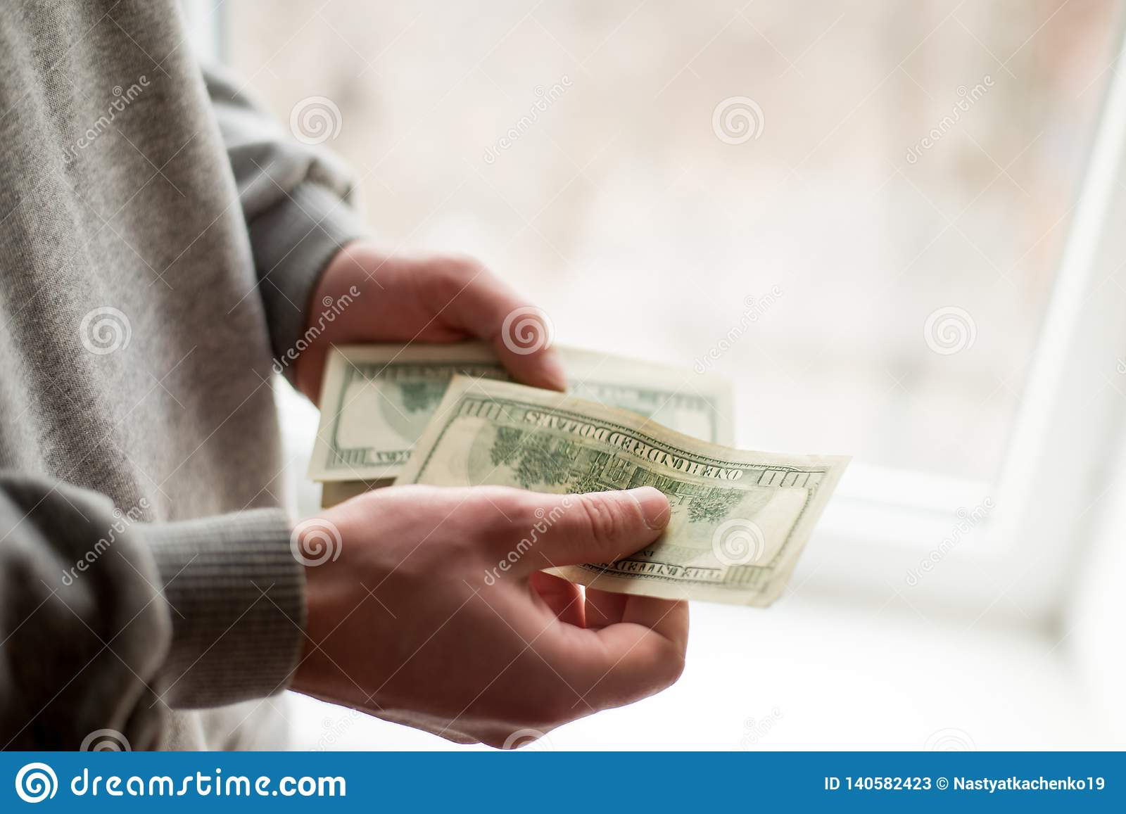 Las manos del hombre con los dólares en el fondo blanco el hombre da un soborno fondo de la corrupción