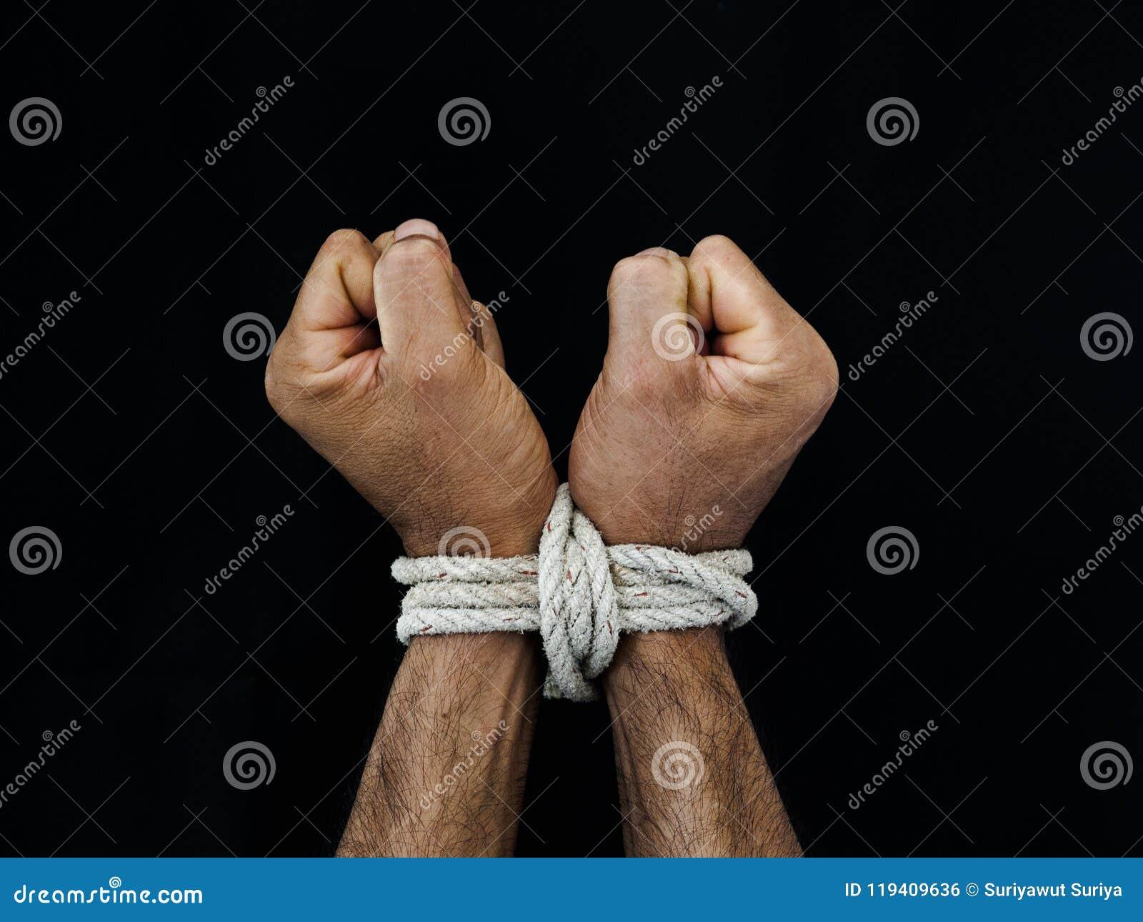 Las manos del hombre fueron atadas con una cuerda Violencia, aterrorizada, ser humano Righ