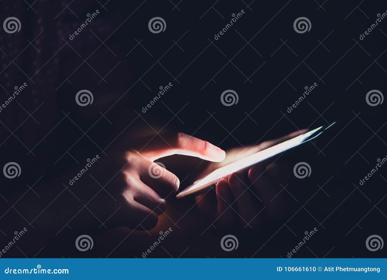 Las Manos Están Jugando Smartphones En Cuartos Oscuros Foto de ...