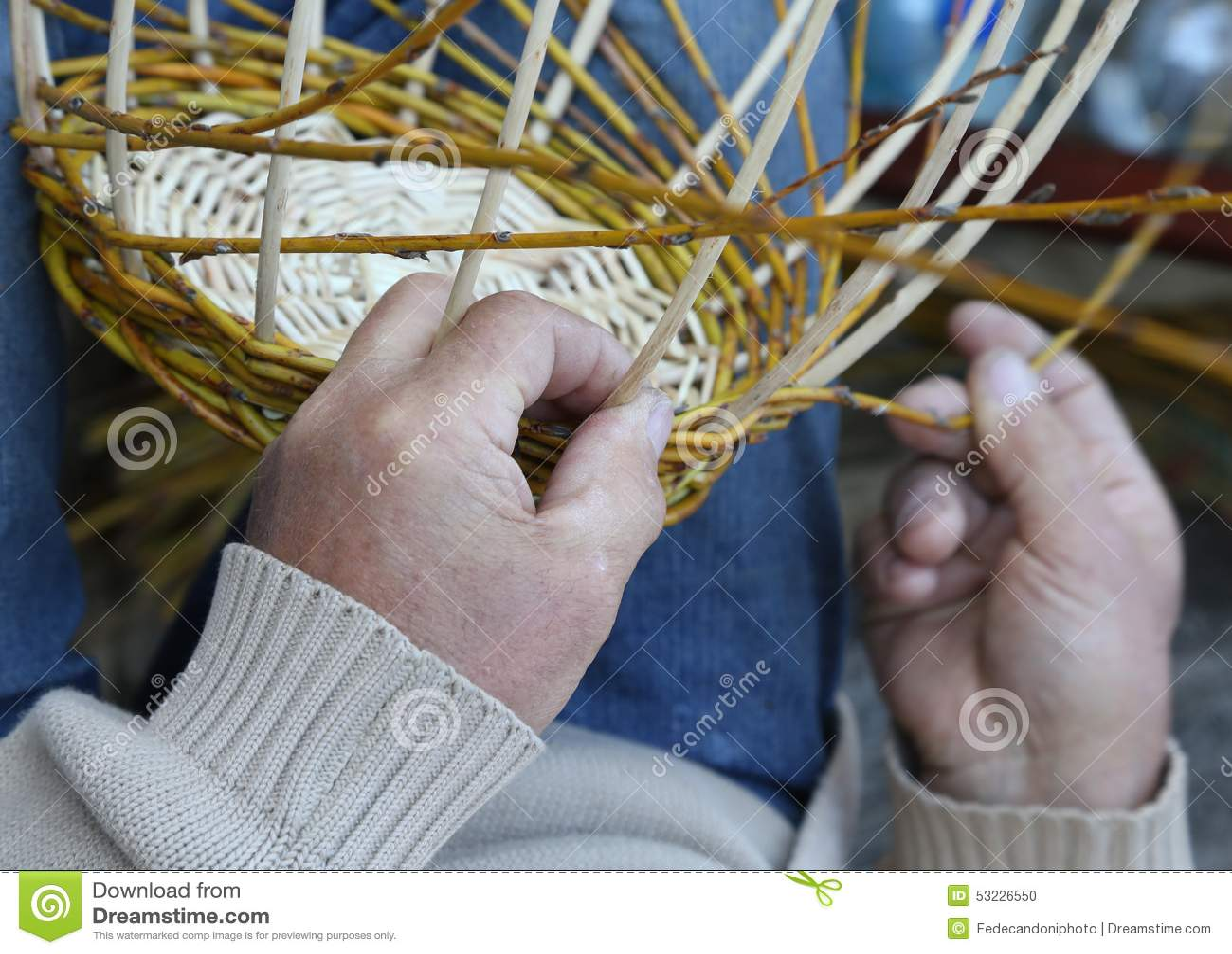 Las manos expertas del artesano crean una cesta de mimbre tejida