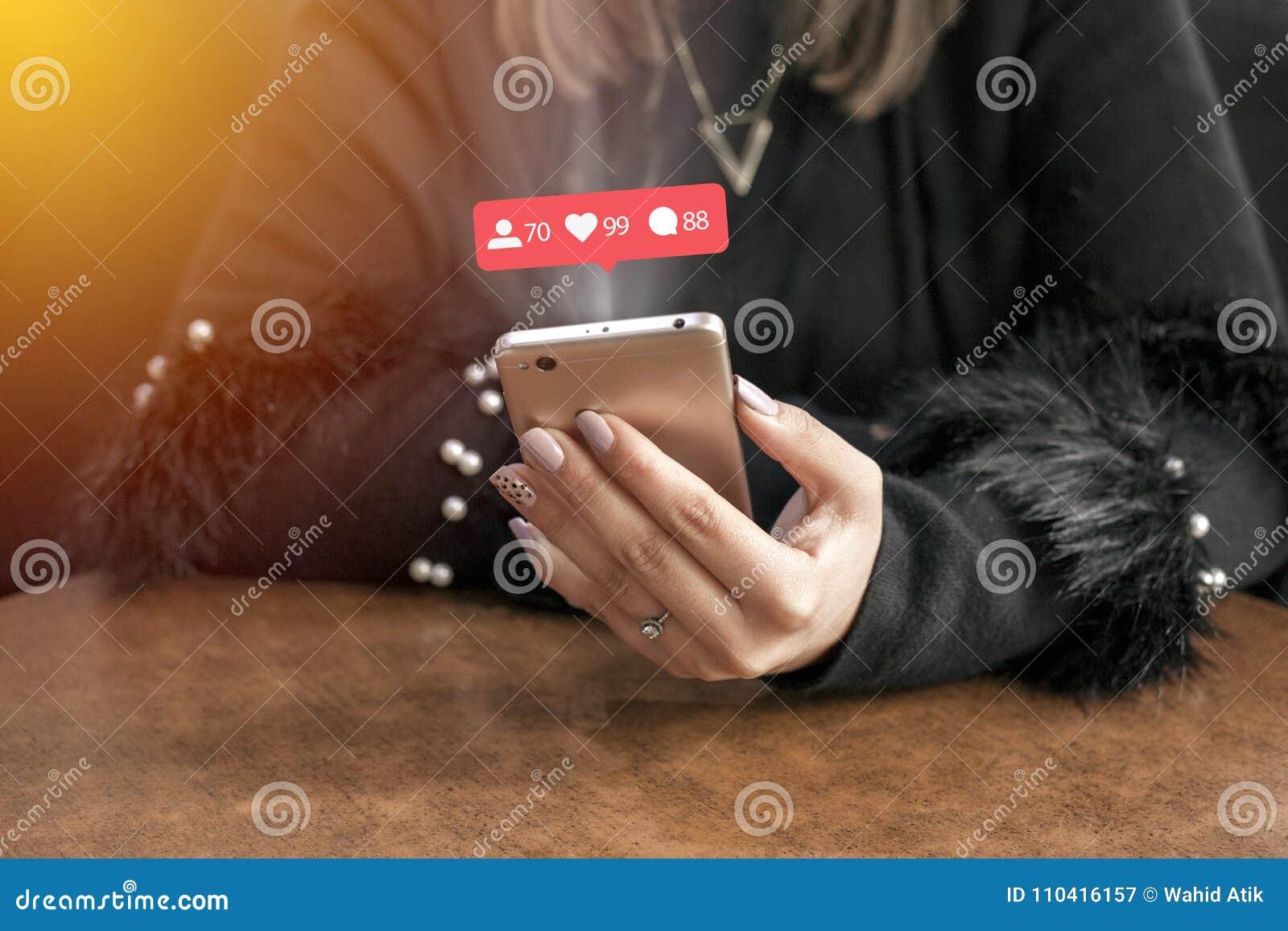 Las manos femeninas toman el corazón, Valentine& feliz x27; día de s