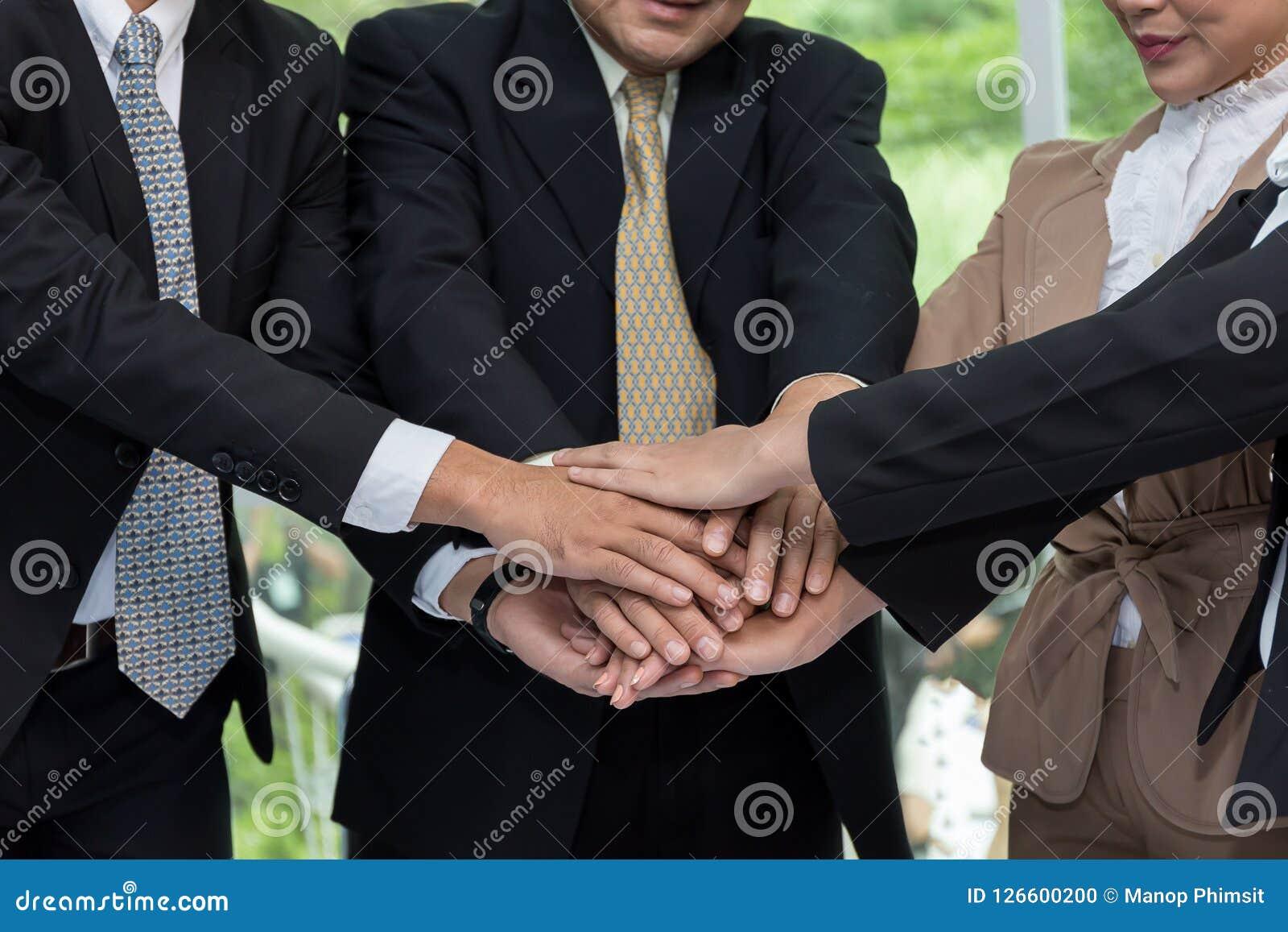 Las manos humanas del negocio eran una colaboración