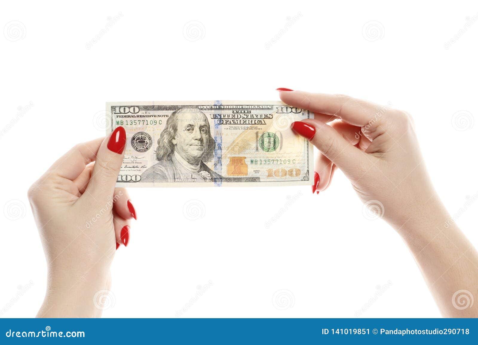 Las manos para mujer perfectas llevan a cabo cientos dólares aislados en el fondo blanco
