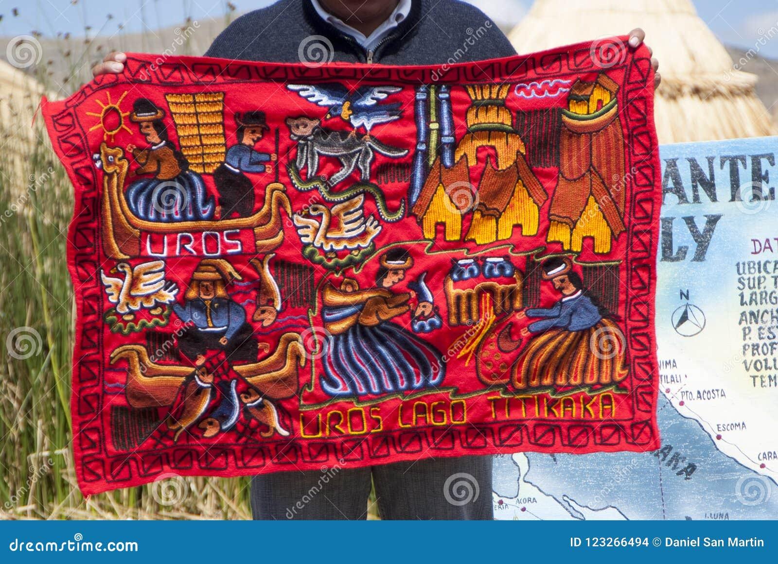 Las mantas peruanas hechas a mano y coloridas vendieron en Abra la Raya entre Cusco y Puno