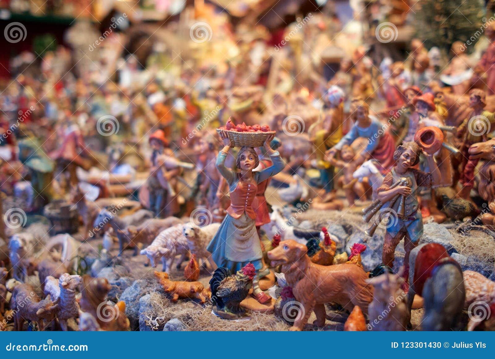 Las mini esculturas en la Navidad comercializan Viena, Austria