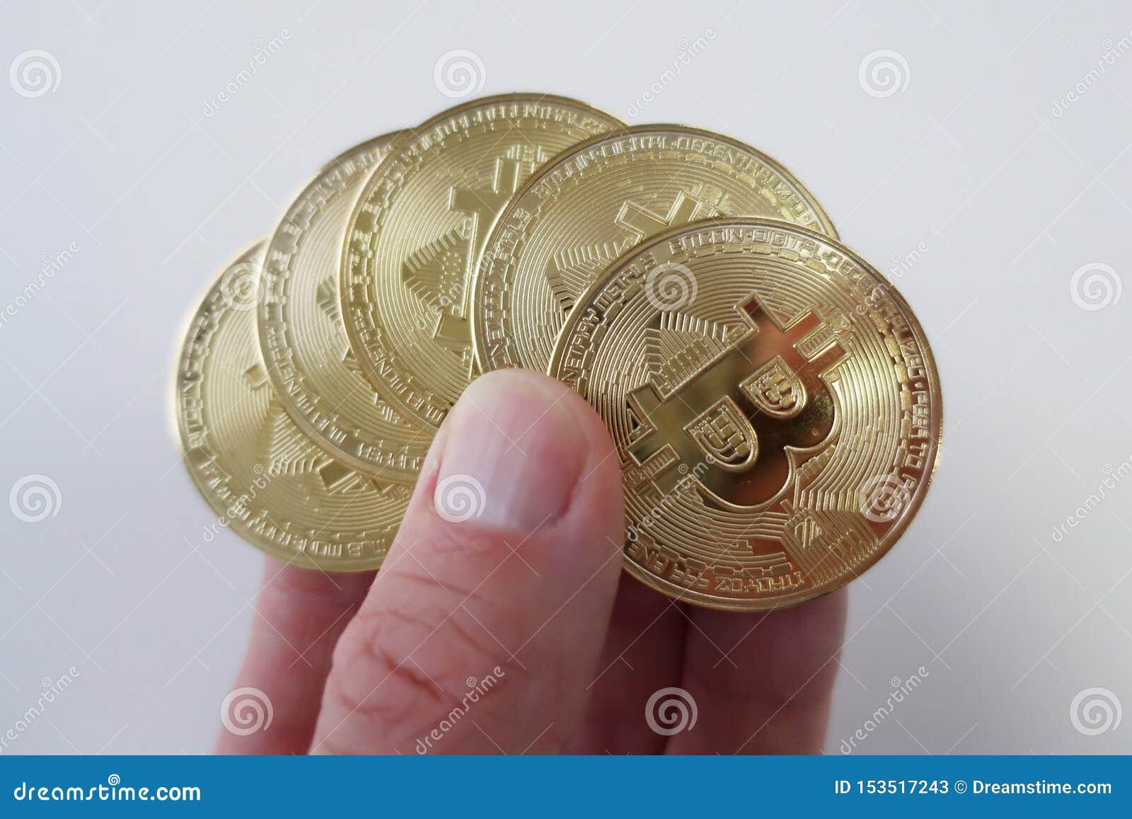 Las monedas de Cryptocurrency presentaron en una mano