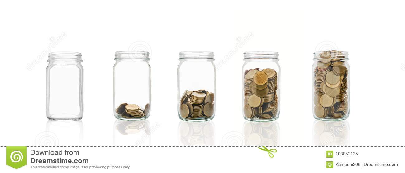 Las monedas en una botella, representan el crecimiento financiero Cuanto más dinero que usted ahorra, más usted conseguirá