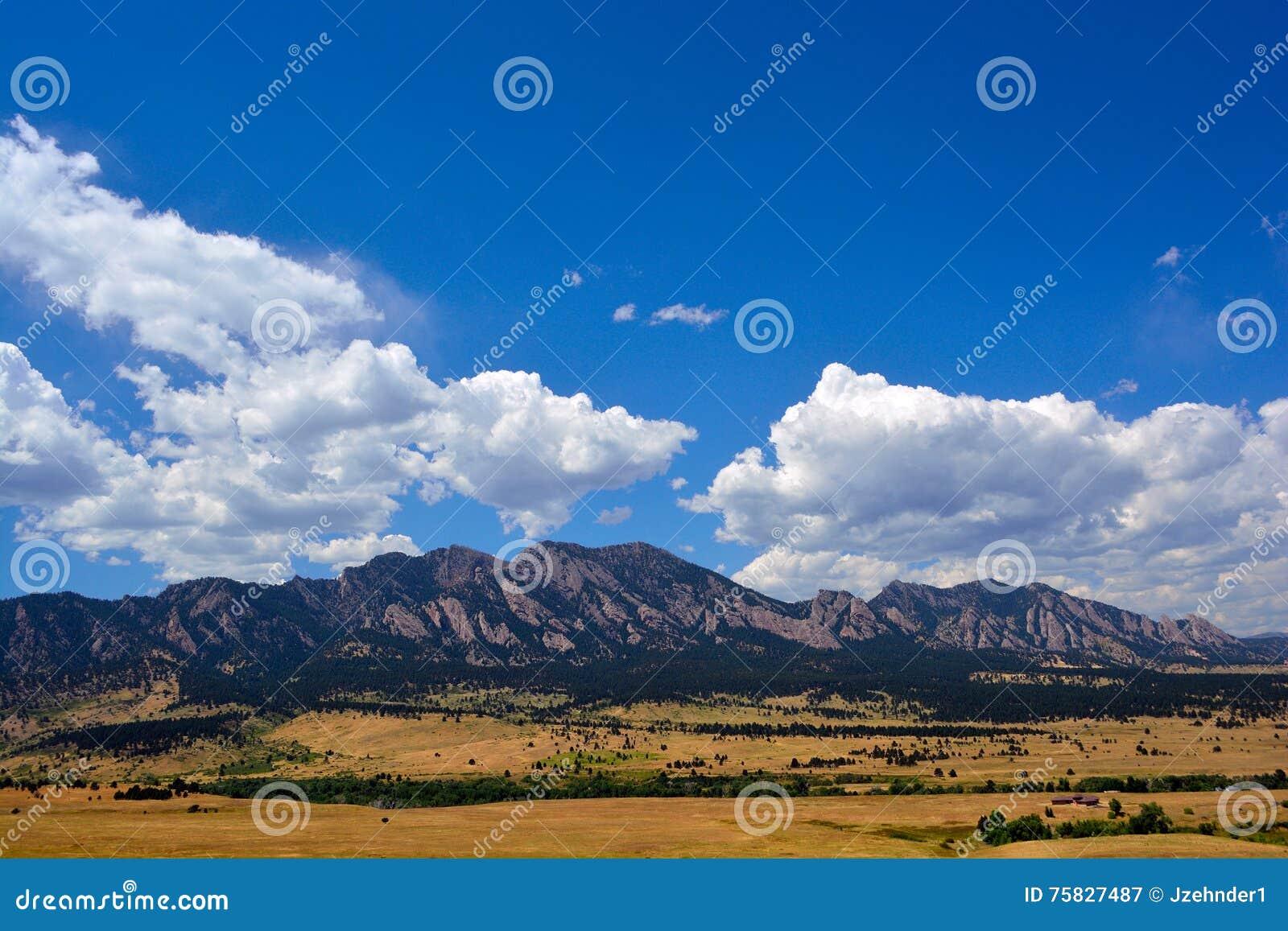 Las montañas de las planchas en Boulder, Colorado en Sunny Summer D