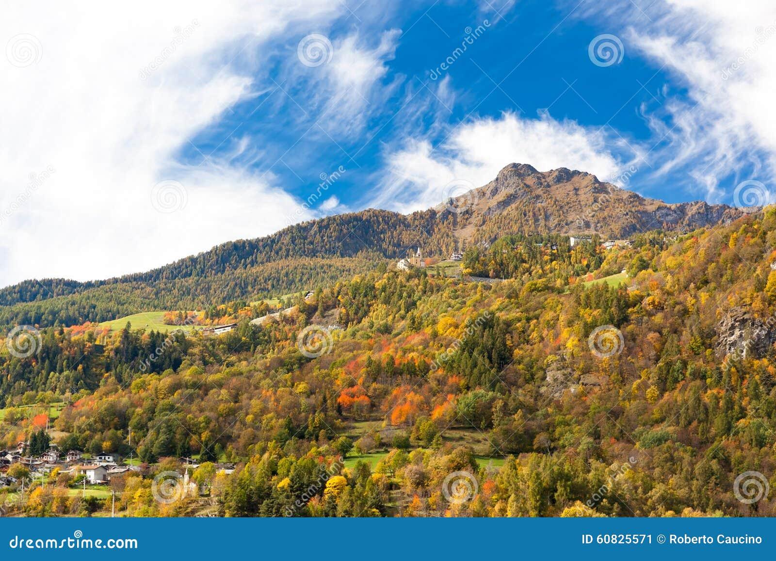 Las montañas: paisaje en temporada de otoño