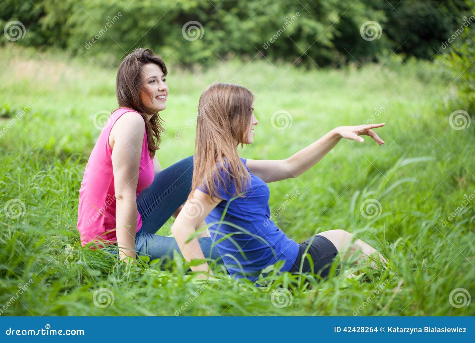 Las muchachas admiran la visión
