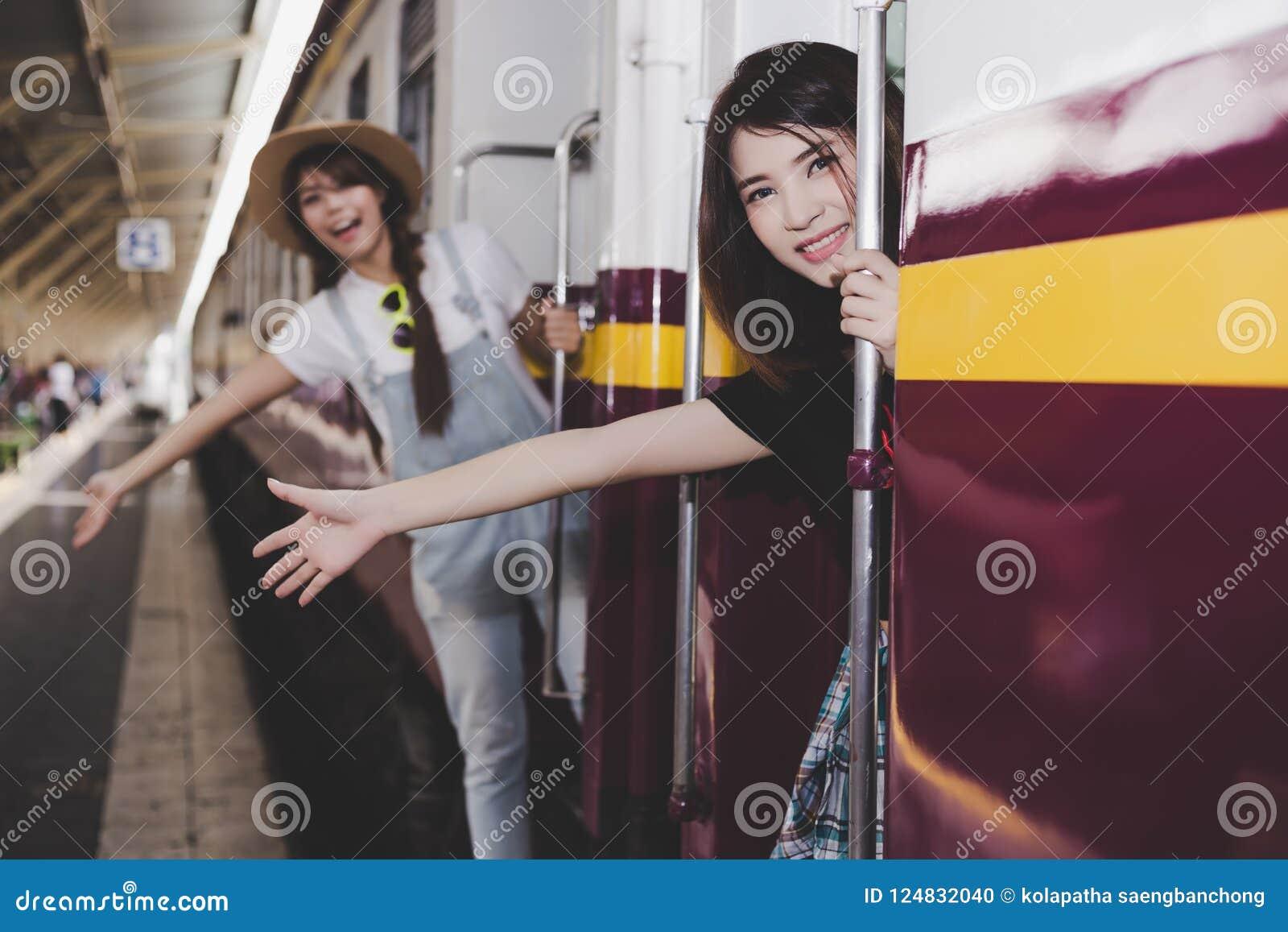 Las Muchachas Bonitas Están Consiguiendo Al Tren Del Vintage