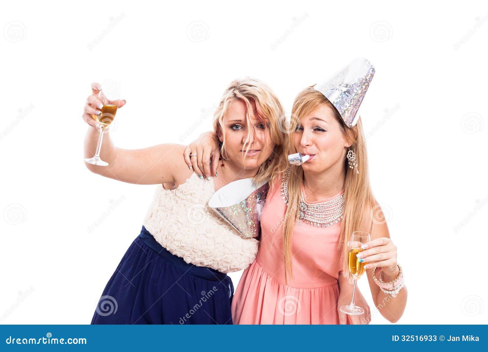 6024a229fe Dos muchachas borrachas celebran con el alcohol, aislado en el fondo blanco