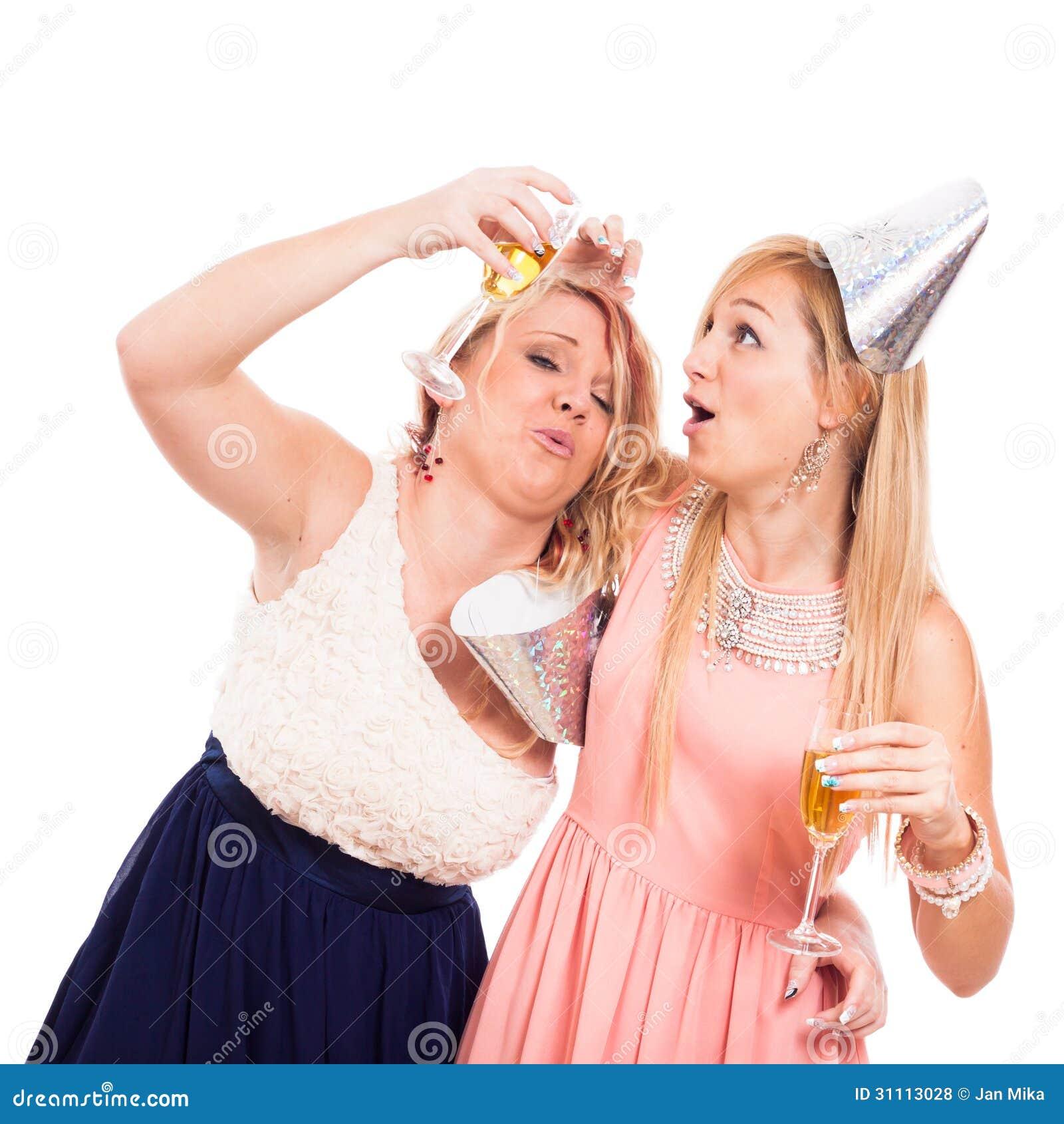 bf0fb6e5ee Dos muchachas borrachas divertidas celebran con el alcohol, aislado en el  fondo blanco