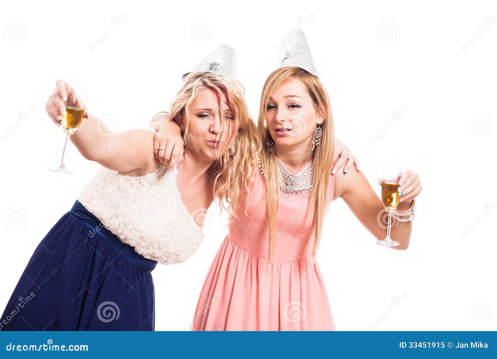 1817d559b5 Dos mujeres borrachas celebran con el alcohol, aislado en el fondo blanco