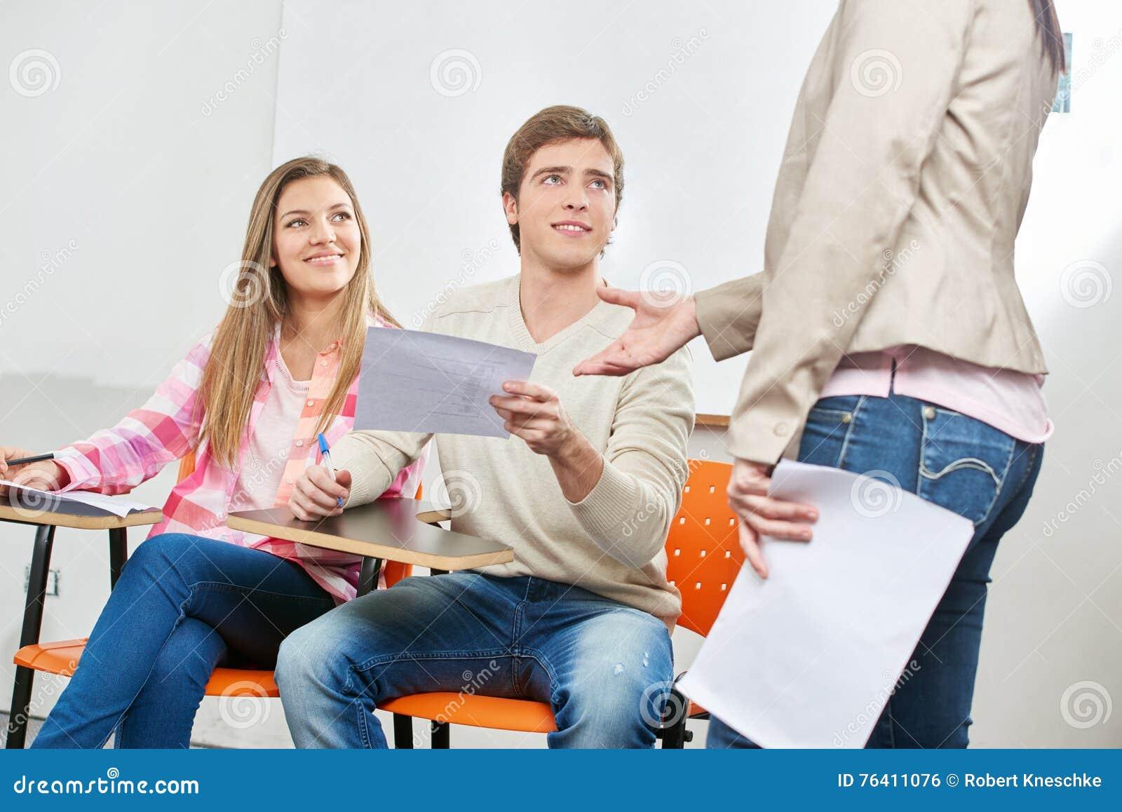 Las mujeres como profesor reciben el examen
