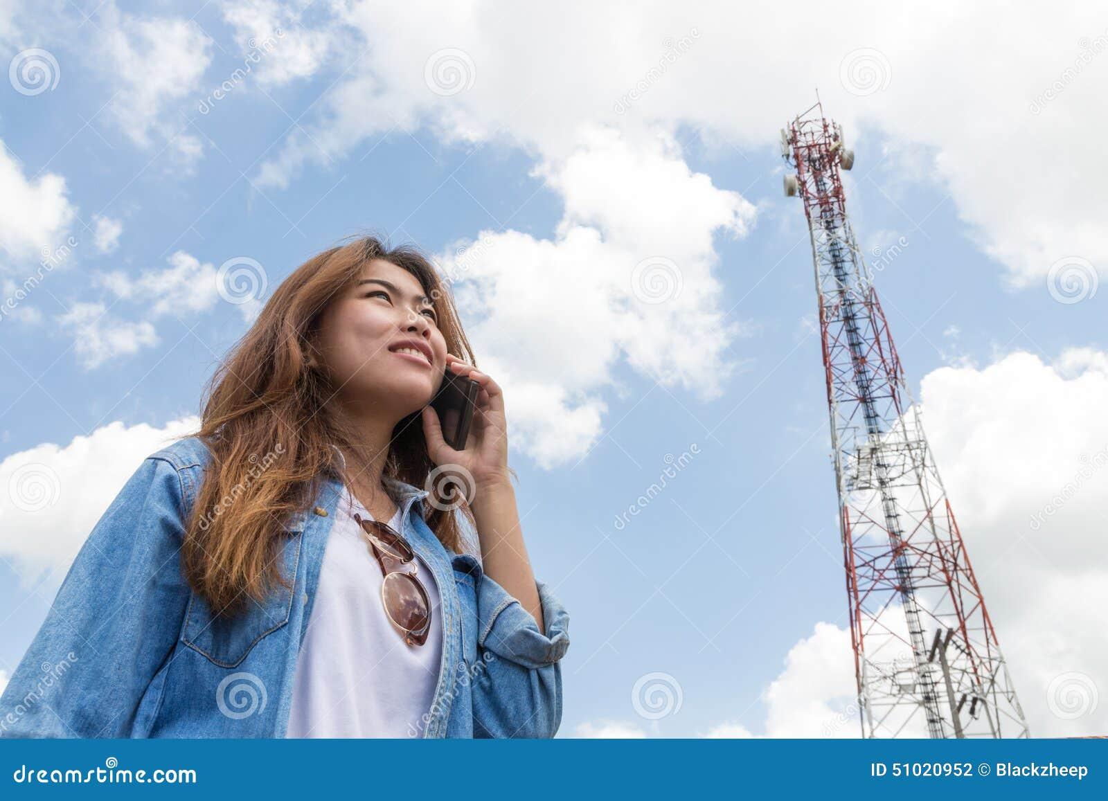Las mujeres de la belleza utilizan la torre de la llamada de teléfono elegante y de comunicación por satélite