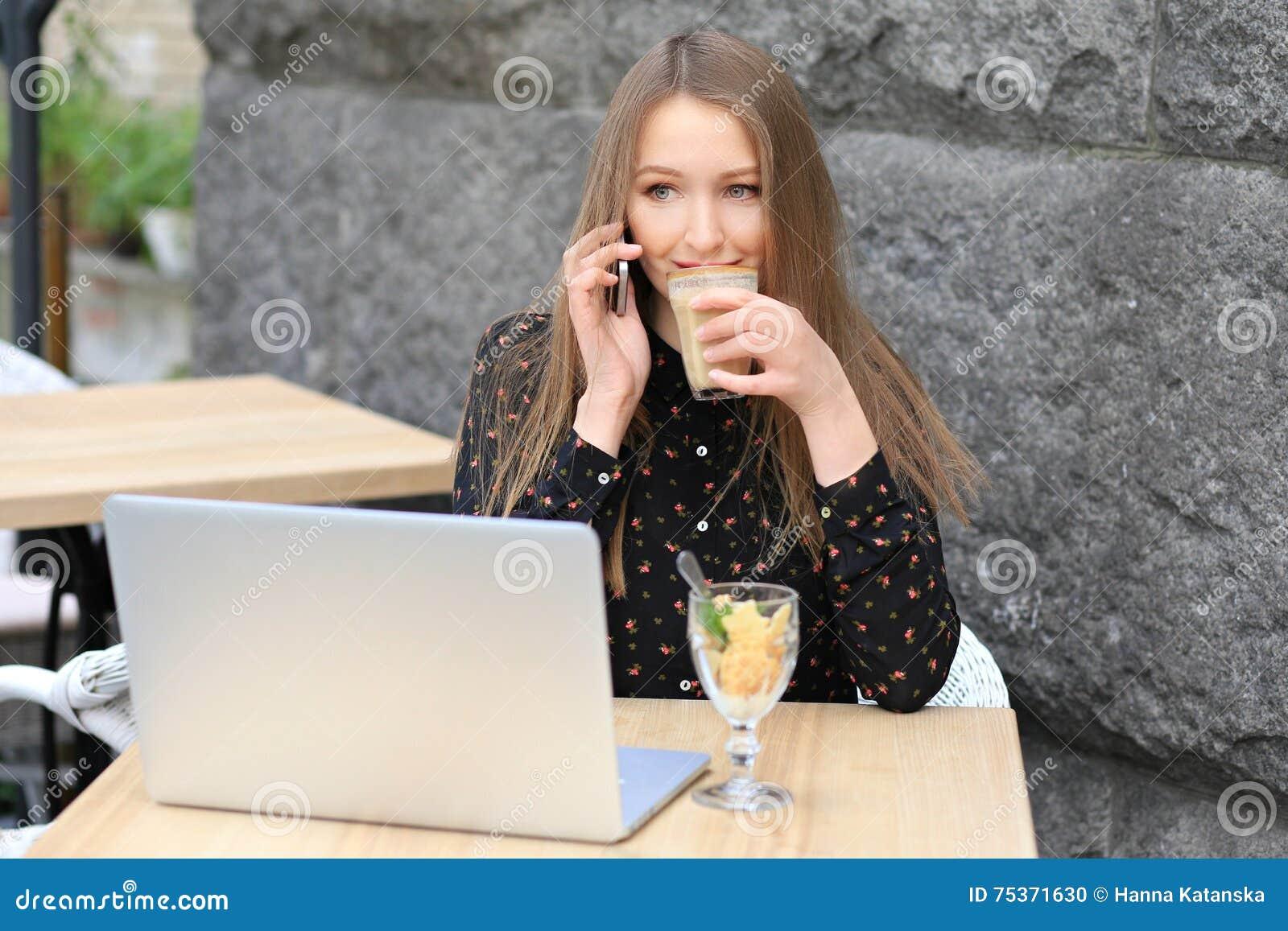Las mujeres están llevando la camisa negra en el café