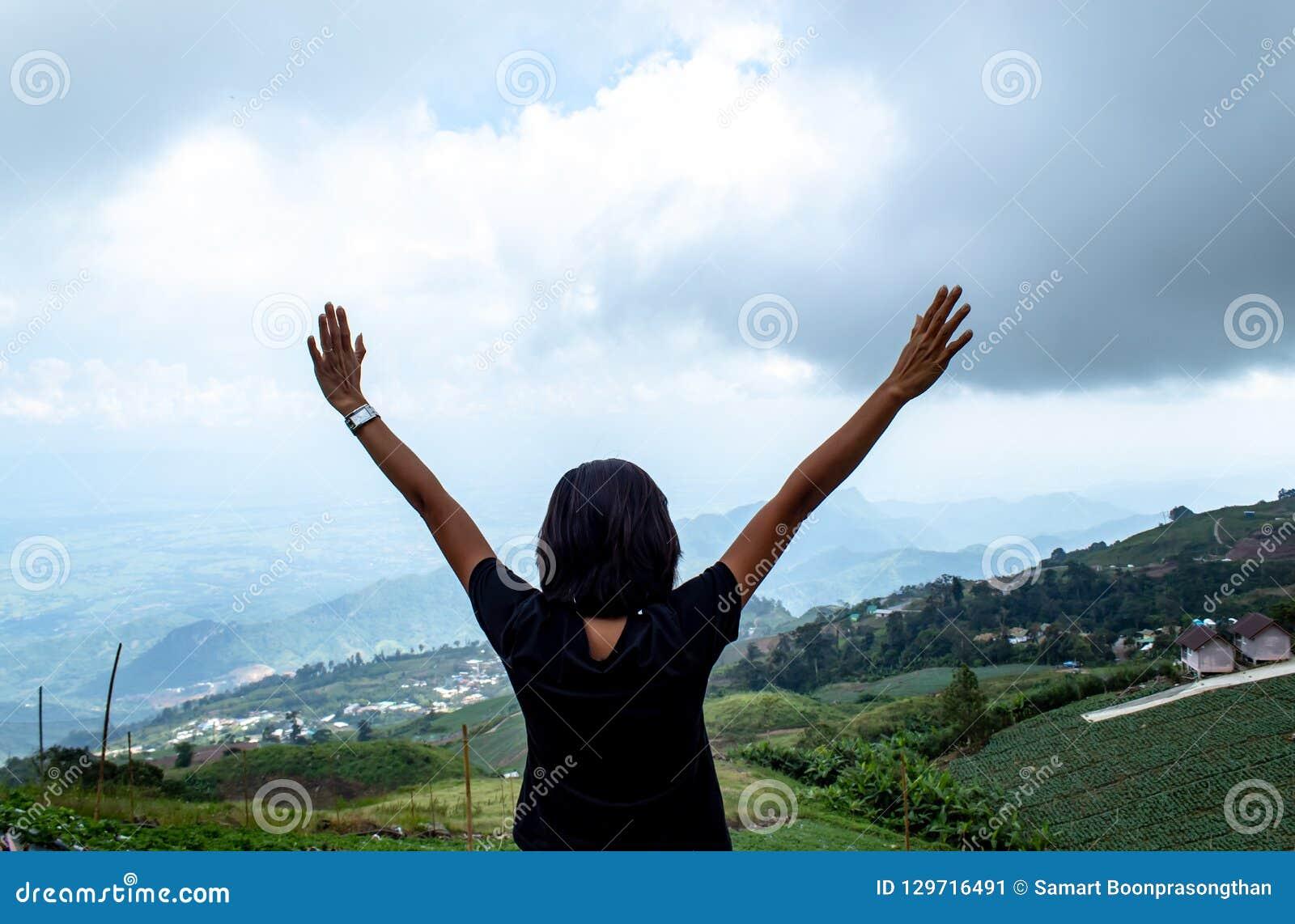 Las mujeres están mirando la niebla en la montaña