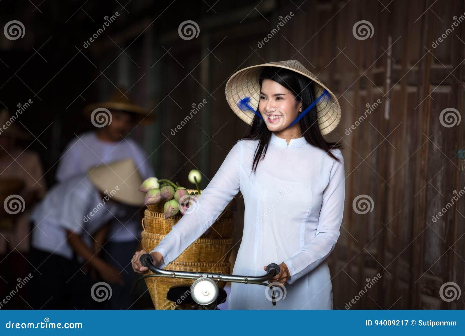 Las mujeres hermosas de VIETNAM en Ao Dai Vietnam Traditional se visten en V de34d4eee0b
