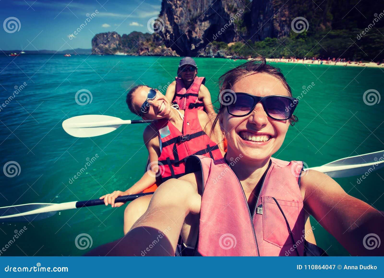 Las mujeres kayaking en el mar abierto en la orilla de Krabi, Tailandia