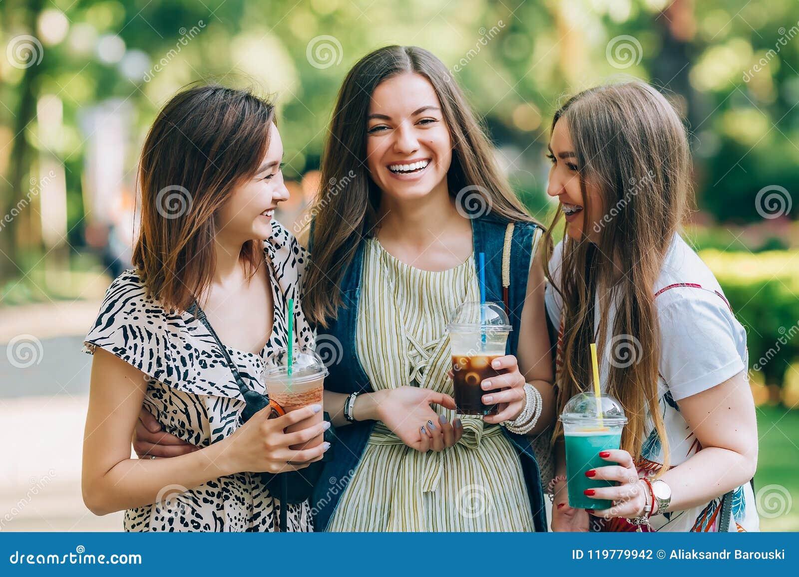 Las mujeres multirraciales del retrato de la forma de vida del verano disfrutan del día agradable, sosteniendo los vidrios de bat