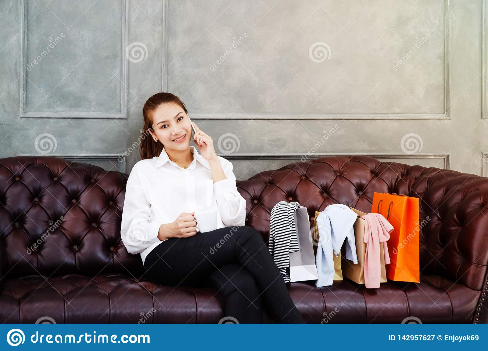 Las mujeres son de trabajo y felices La mujer asiática hermosa está sonriendo Las mujeres asiáticas trabajan con los ordenadores