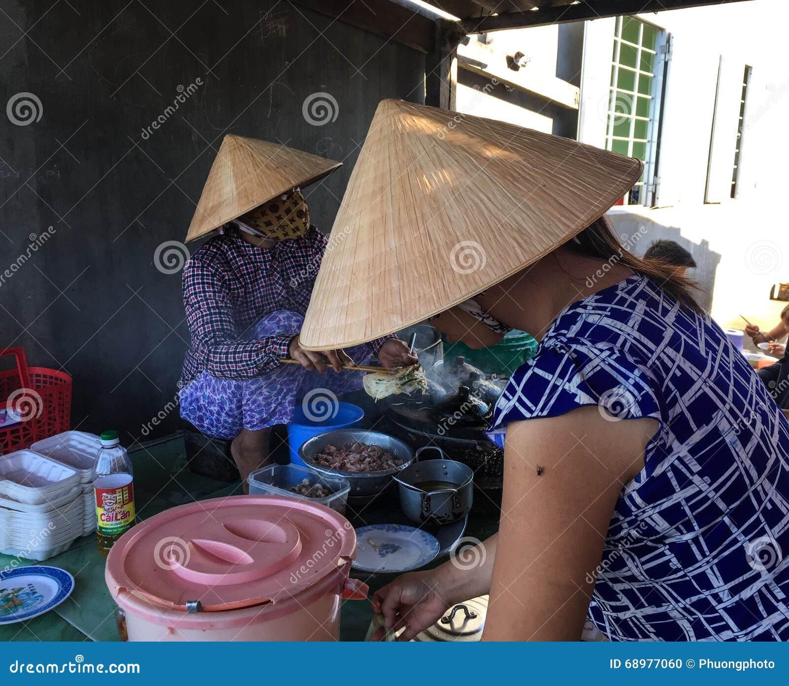 Las mujeres vietnamitas que vendían las comidas de la calle en Phan sonaron, Vietnam
