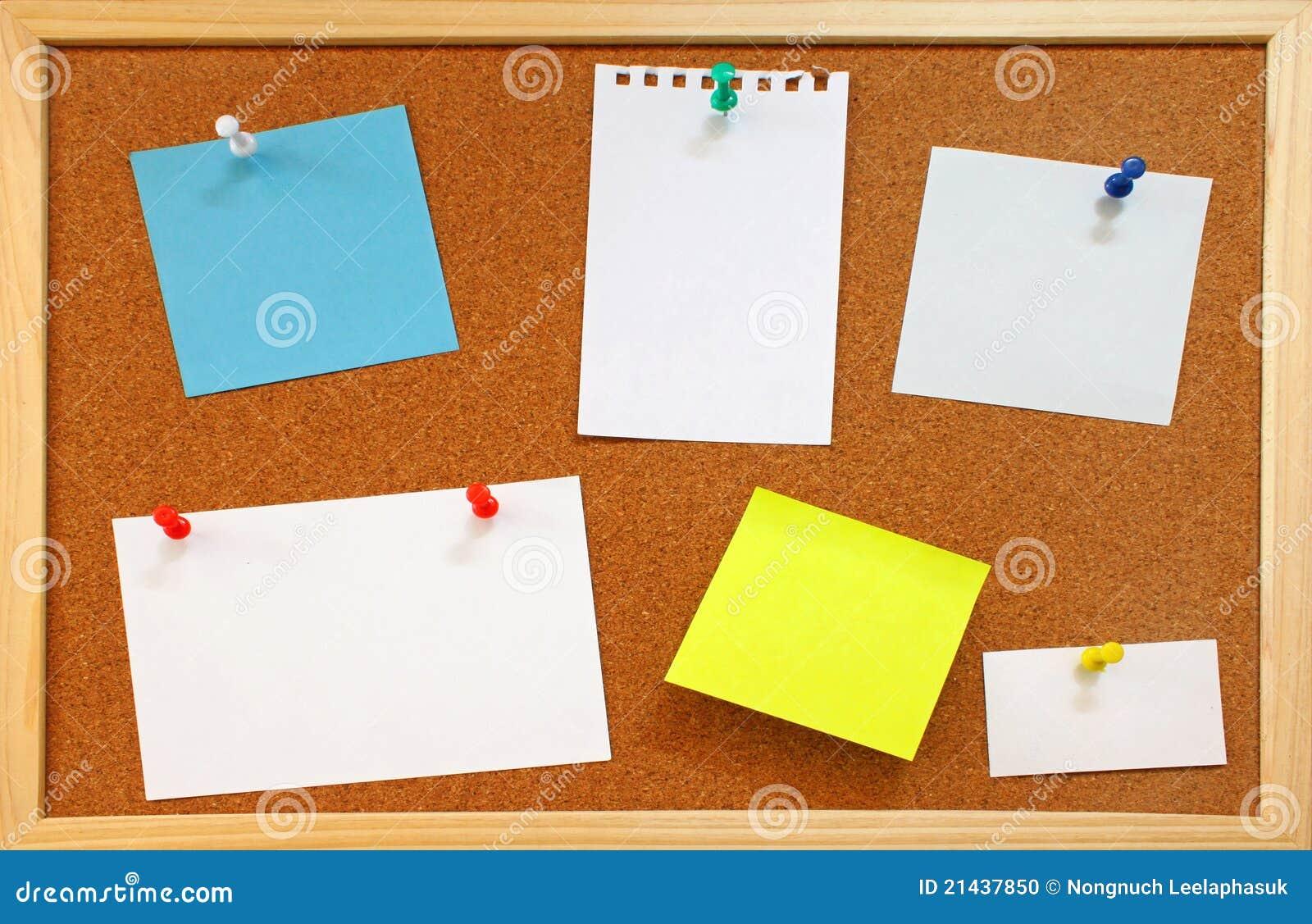 Las Notas En Blanco Con Los Contactos Del Empuje En Corcho Suben ...
