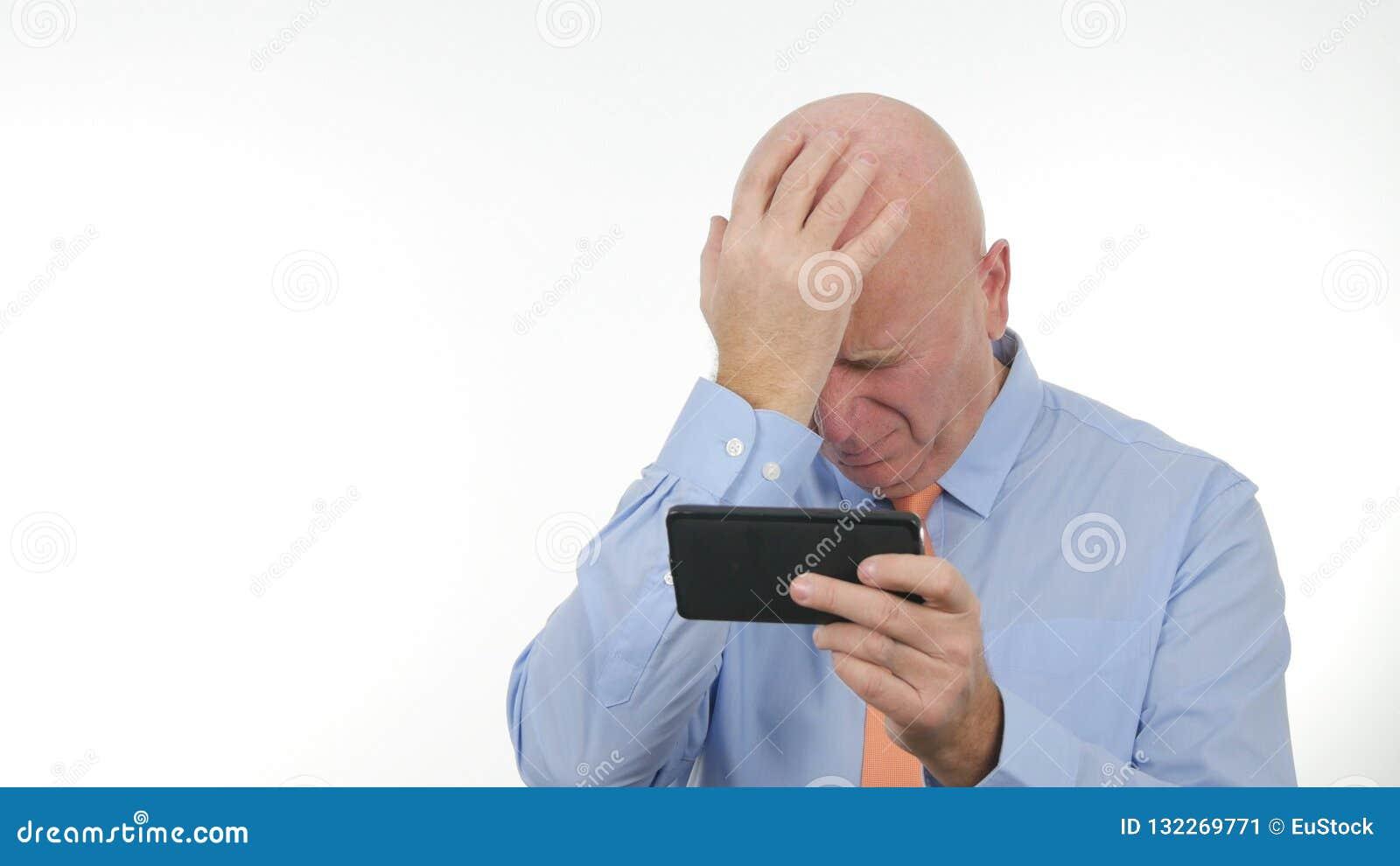 Las noticias decepcionadas de Read Cellphone Bad del hombre de negocios hacen gestos de mano nerviosos