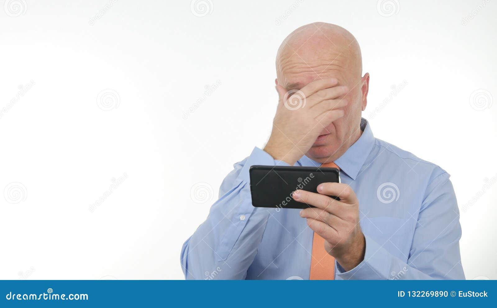Las noticias decepcionadas de Reading Cellphone Bad del hombre de negocios hacen gestos de mano nerviosos