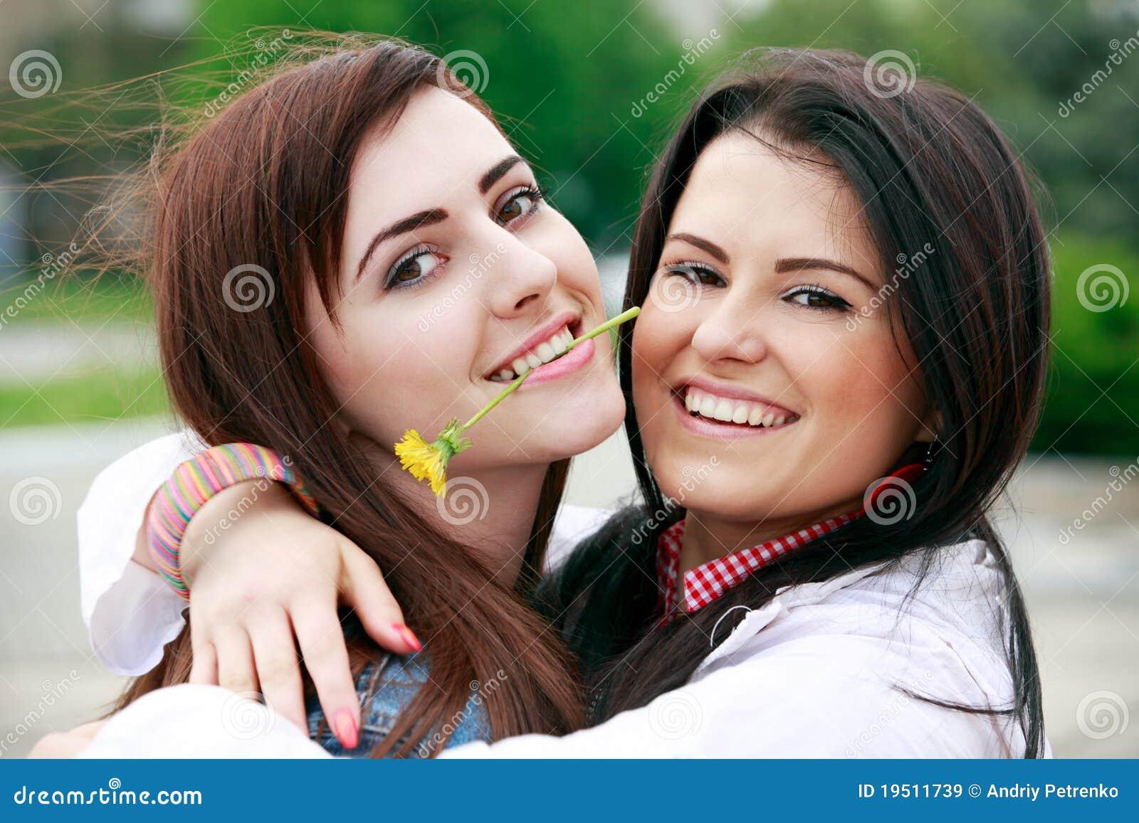 Las novias jovenes se divierten en parque