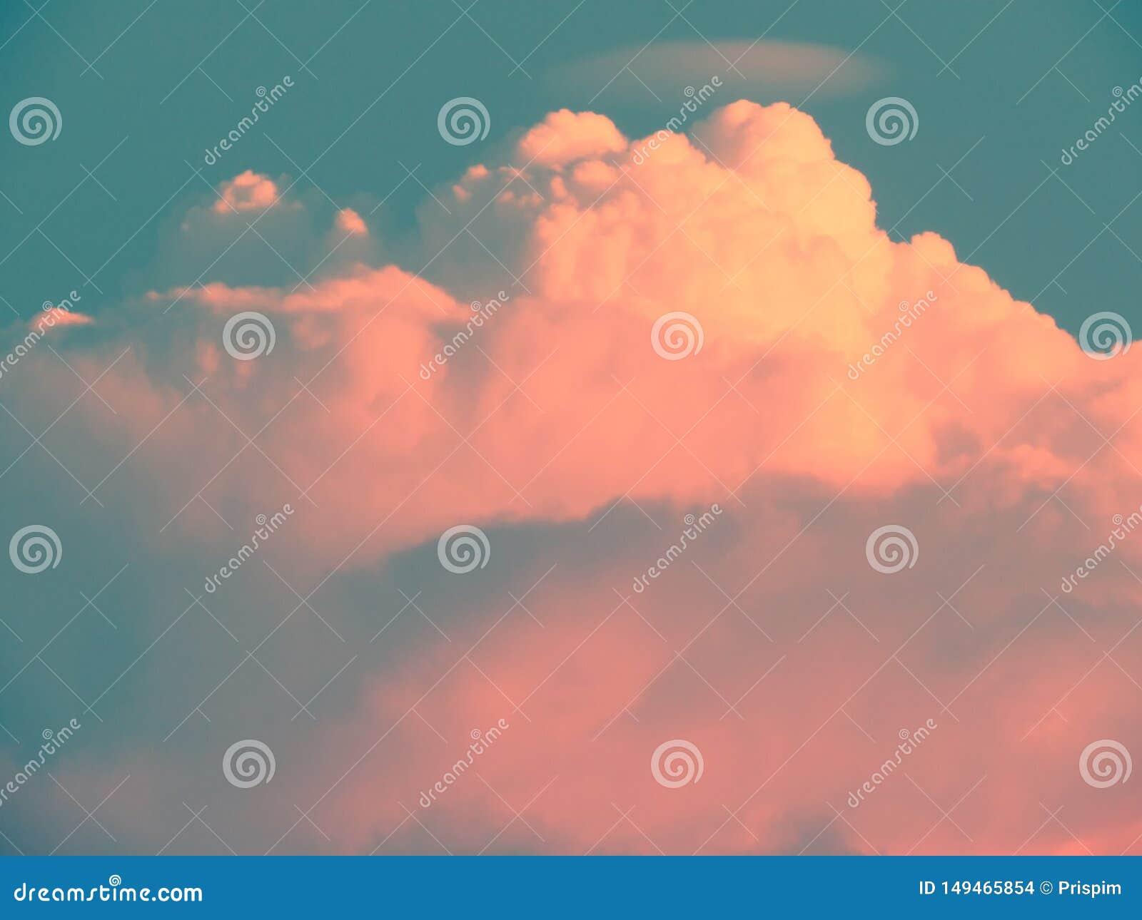 Las nubes apilaron capas son formadas por la imaginaci?n en el cielo con color en colores pastel de la pendiente