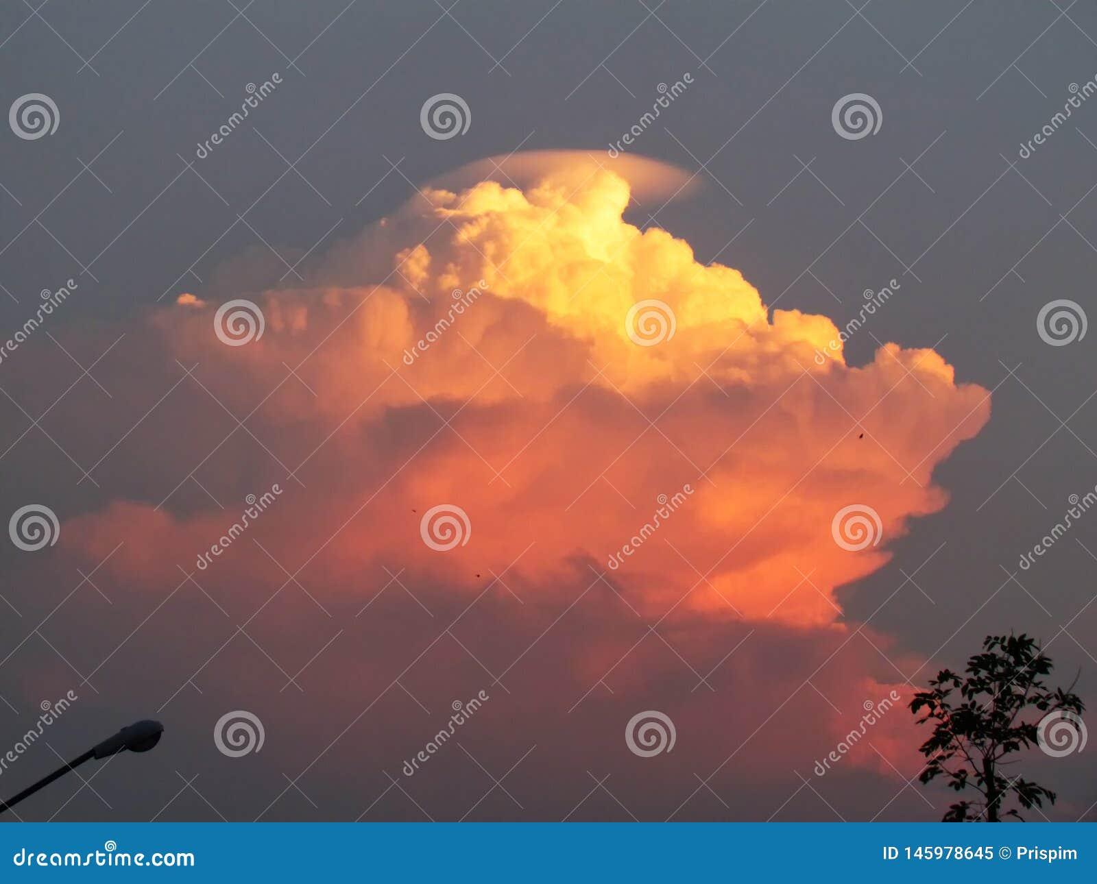 Las nubes apilaron capas son formadas por la imaginaci?n en el cielo