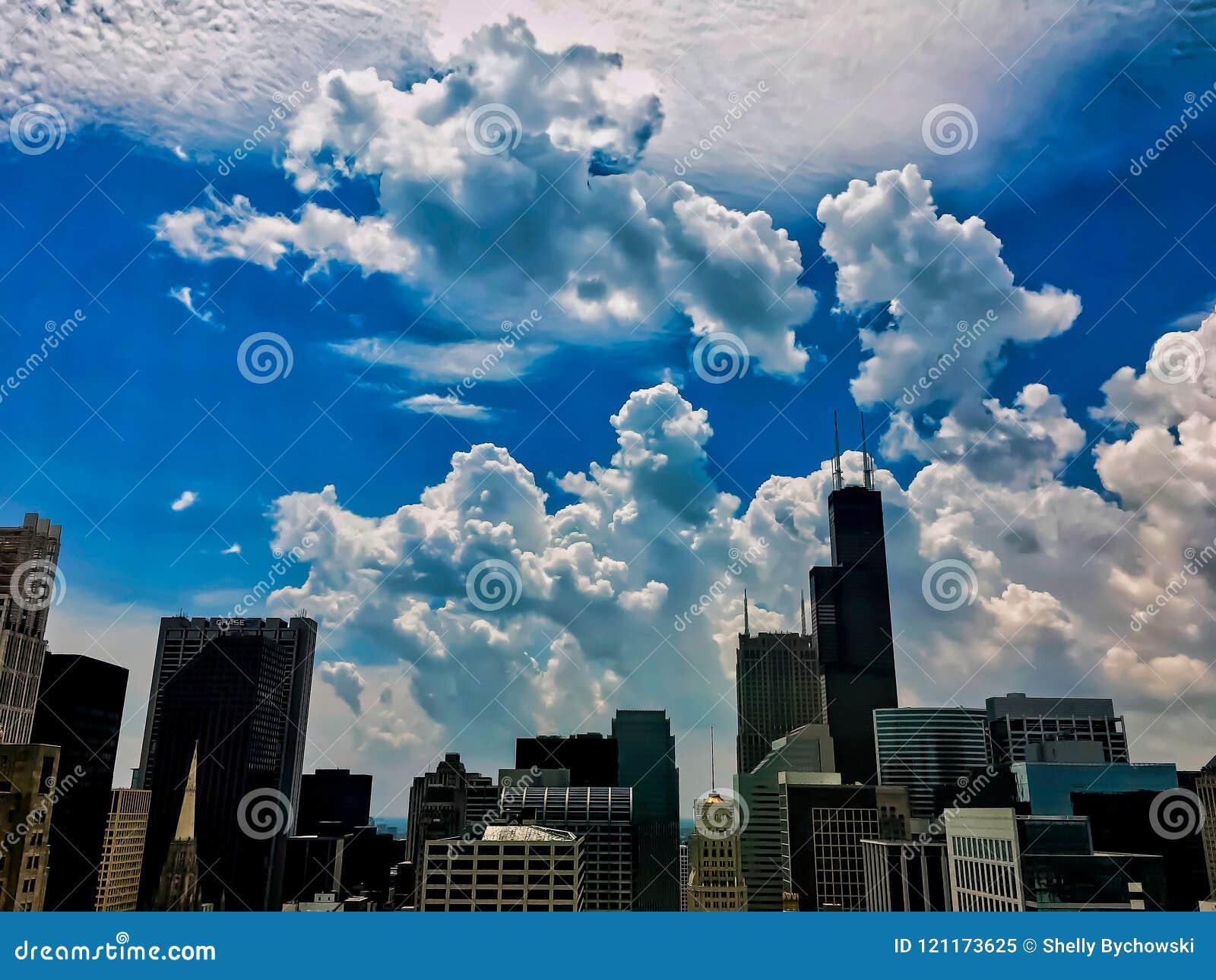 Las nubes de tormenta de todos los tipos ruedan adentro sobre los rascacielos de Chicago durante verano