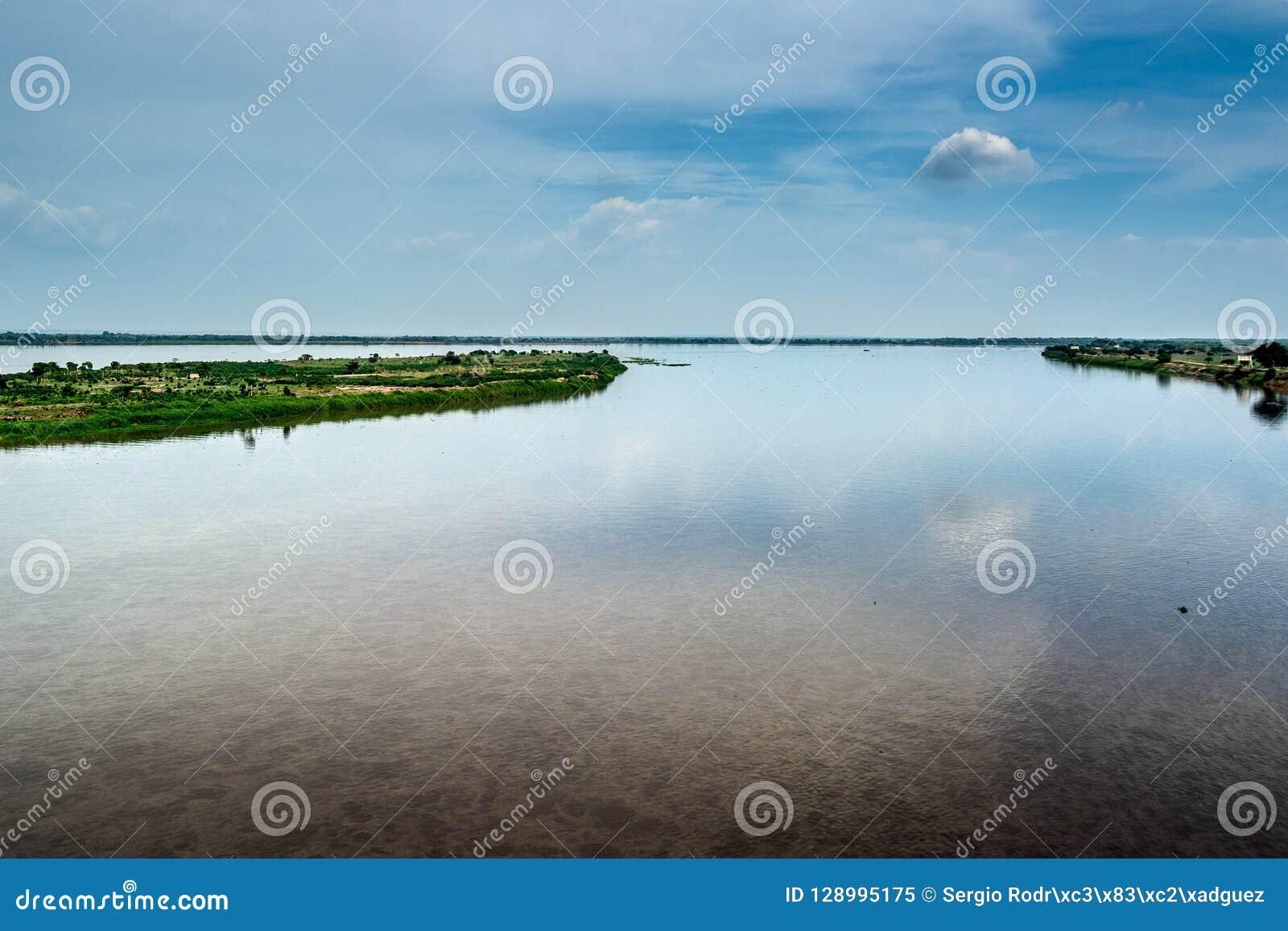 Las nubes se reflejan en las aguas de Magdalena River colombia
