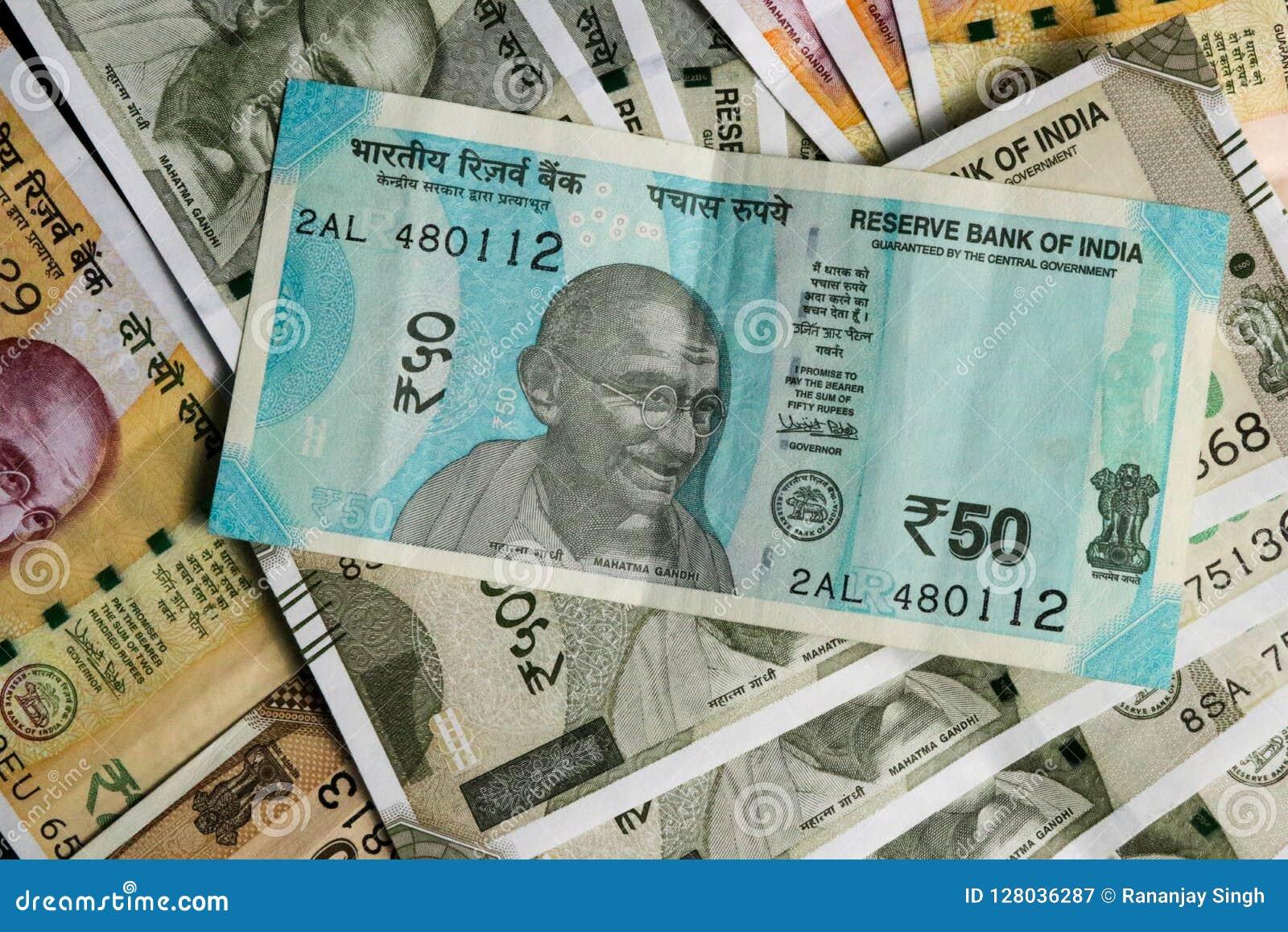 Las nuevas 50, 200 y 500 rupias indias de la moneda, observan como fondo