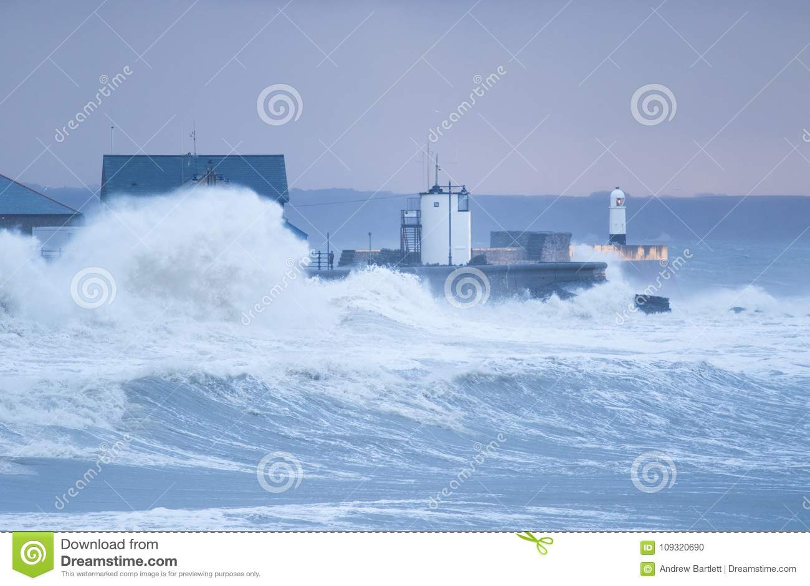 Las ondas enormes se estrellan sobre la orilla del mar en Porthcawl, el Sur de Gales
