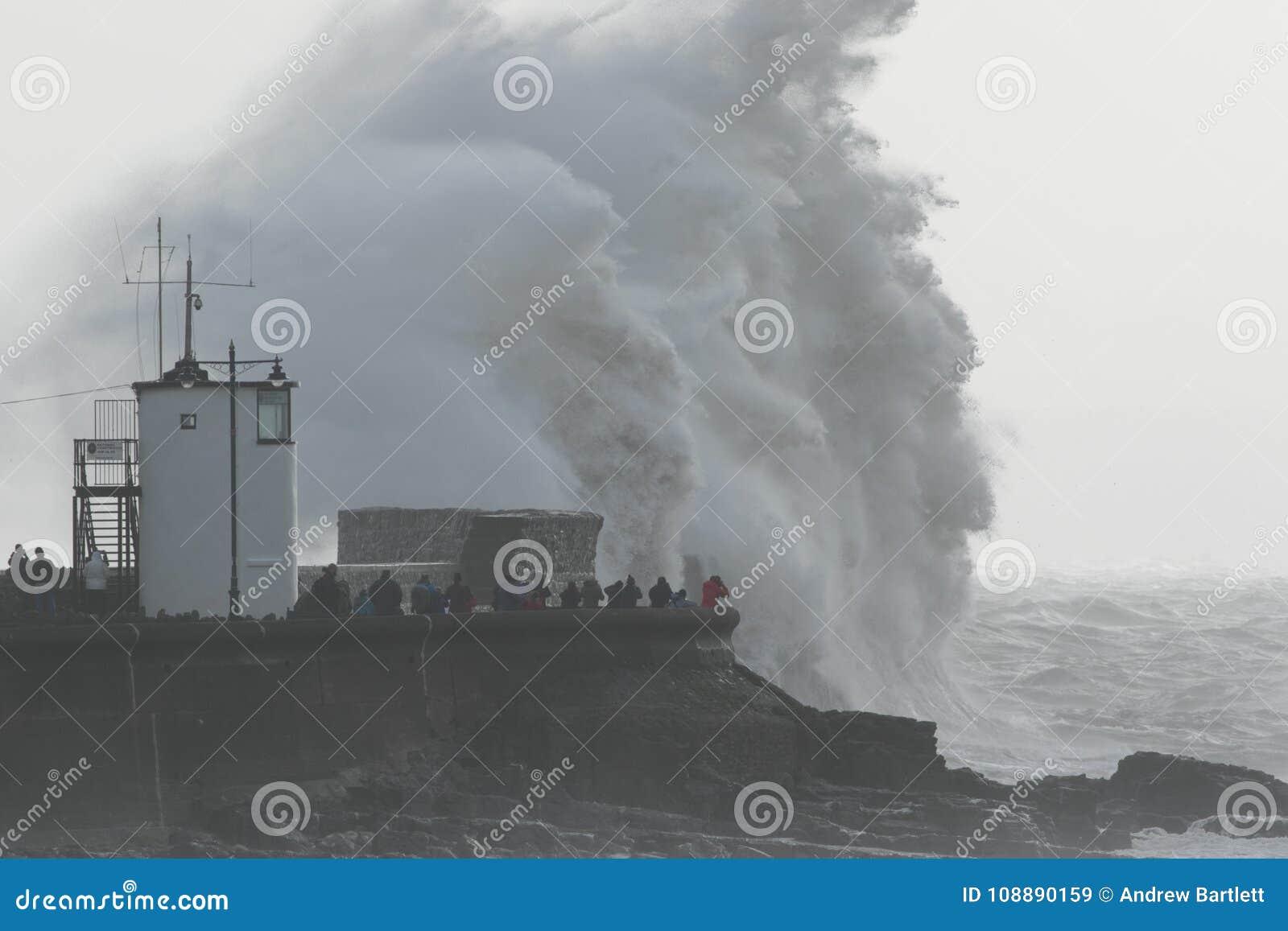Las ondas enormes se estrellan sobre la orilla del mar en Porthcawl, el Sur de Gales, Reino Unido