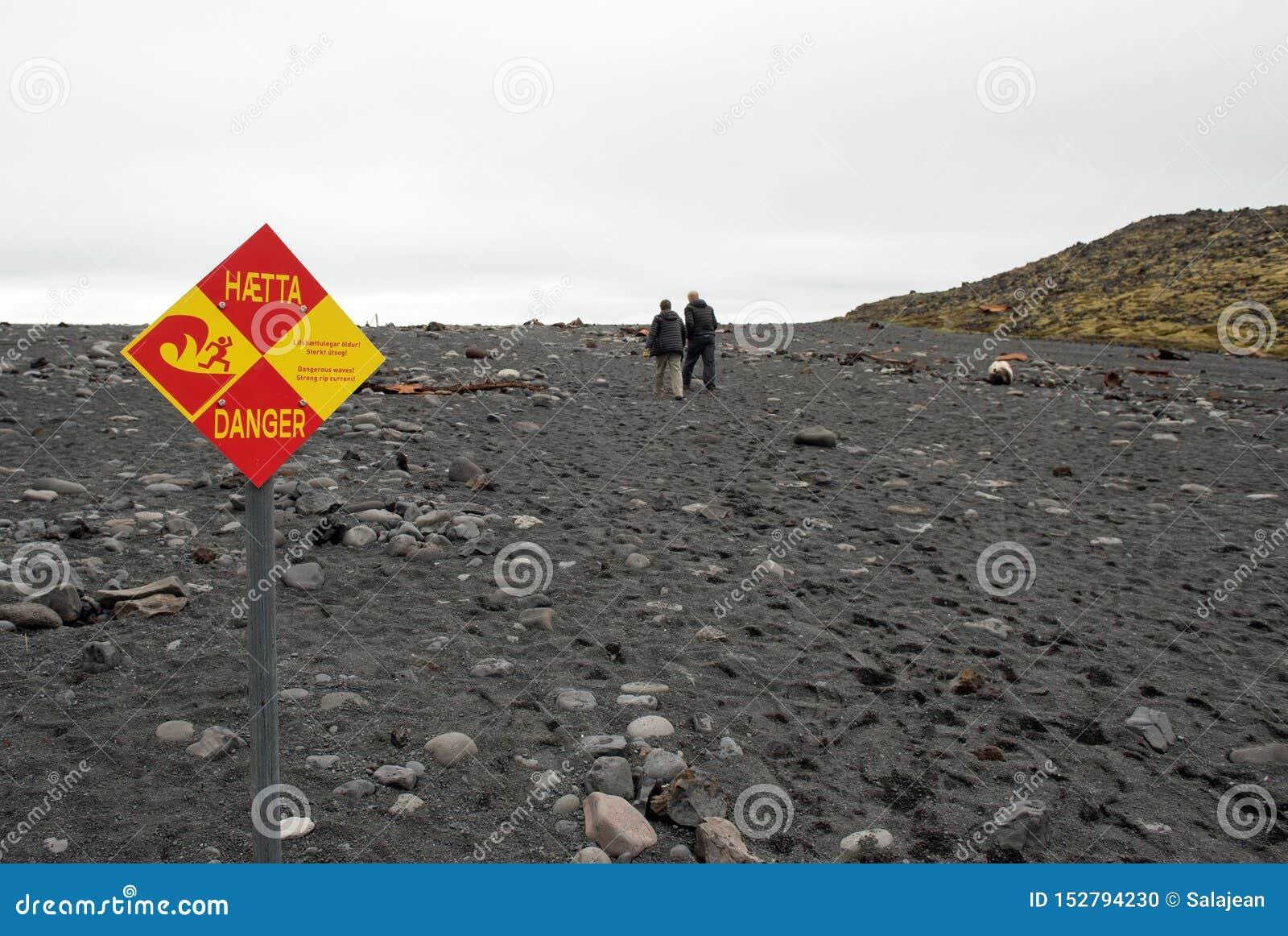 Las ondas peligrosas firman en la playa islandesa