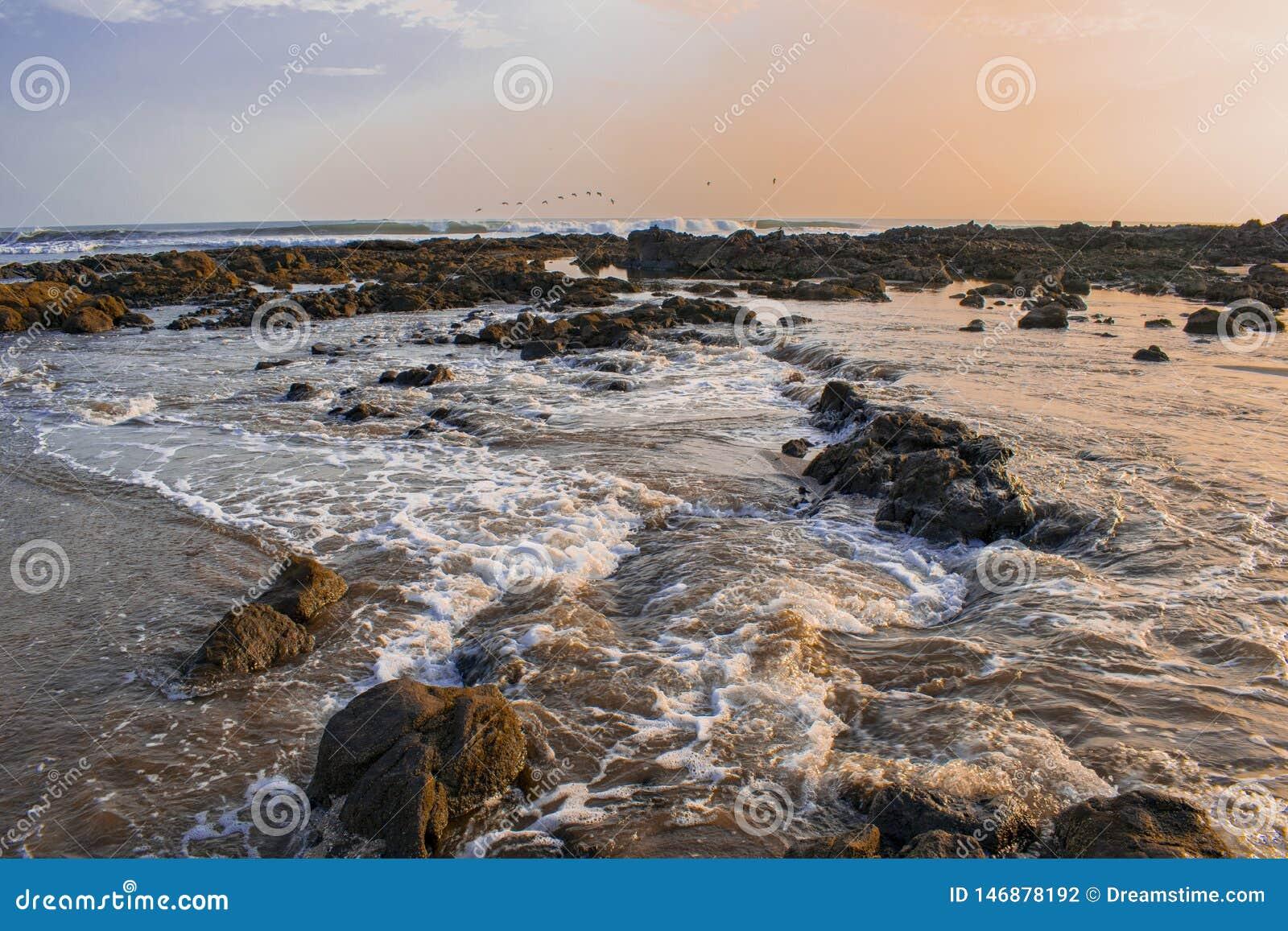 Las ondas que acarician las rocas