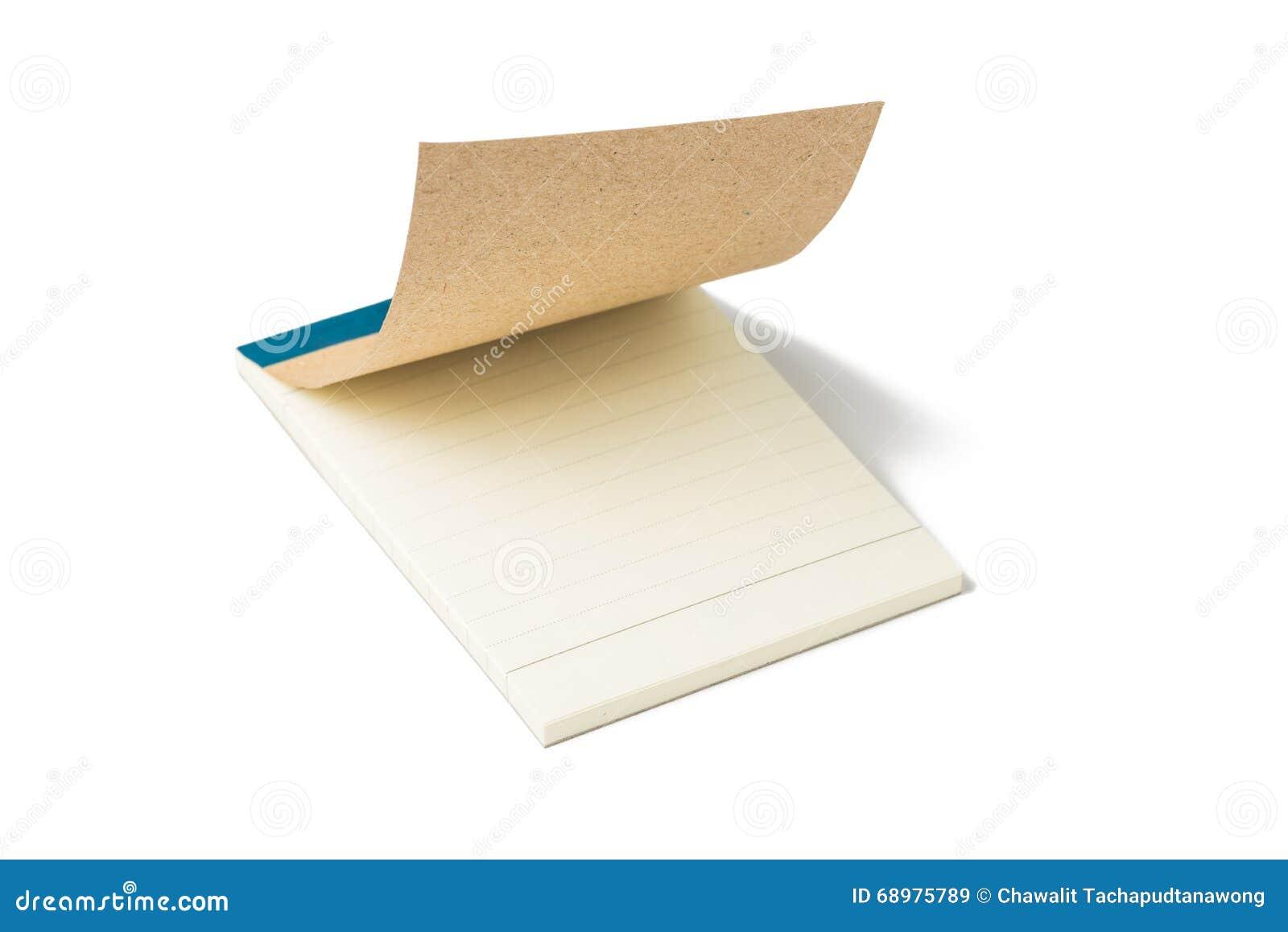 Las páginas en blanco de un cuaderno se abren levemente En el fondo blanco