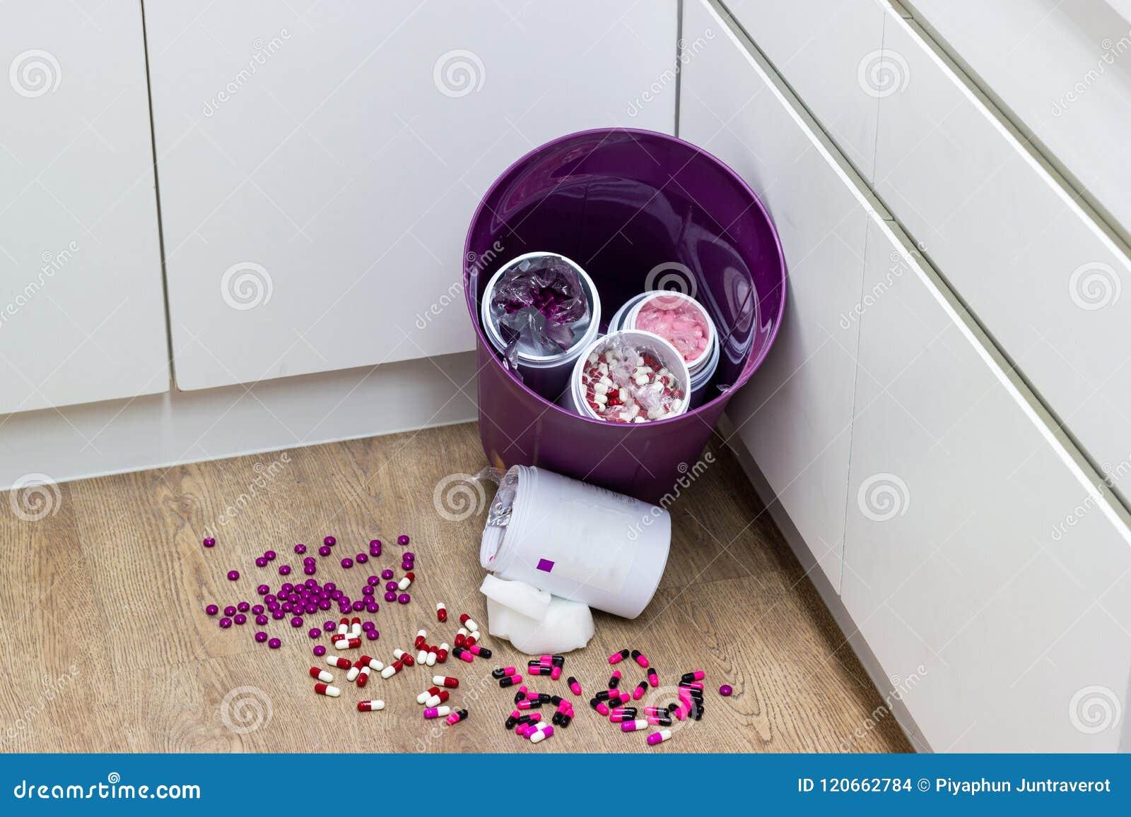 Las píldoras coloreadas multi expiran, caído en la basura