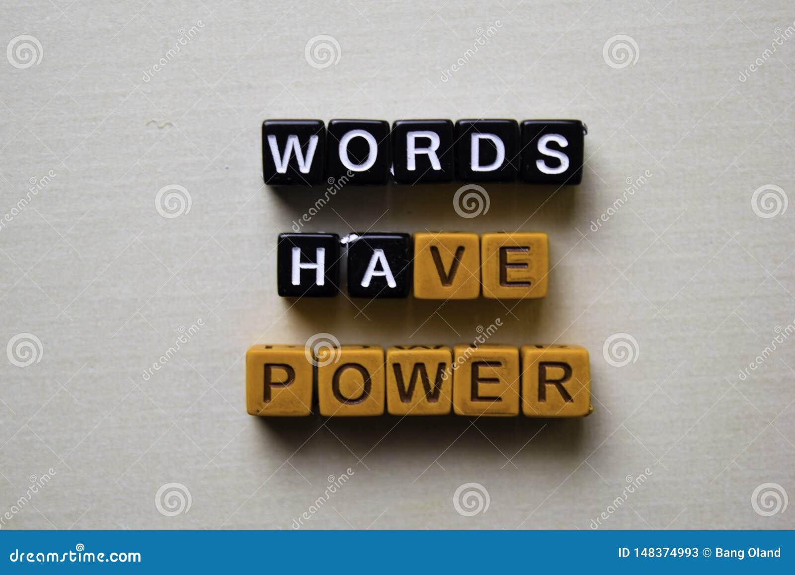 Las palabras tienen poder en bloques de madera Concepto del negocio y de la inspiraci?n