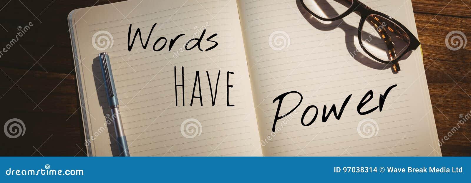 Las palabras tienen texto del poder escrito en la página con madera