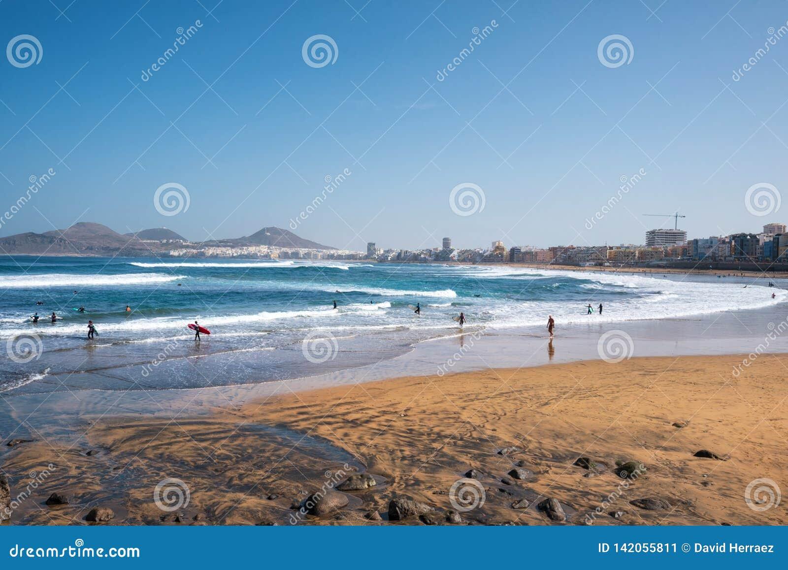 Las Palmas, Spanien - 3. März 2019: Surfer in Las-canteras setzen, Las Palmas de Gran Canaria Spanien auf den Strand