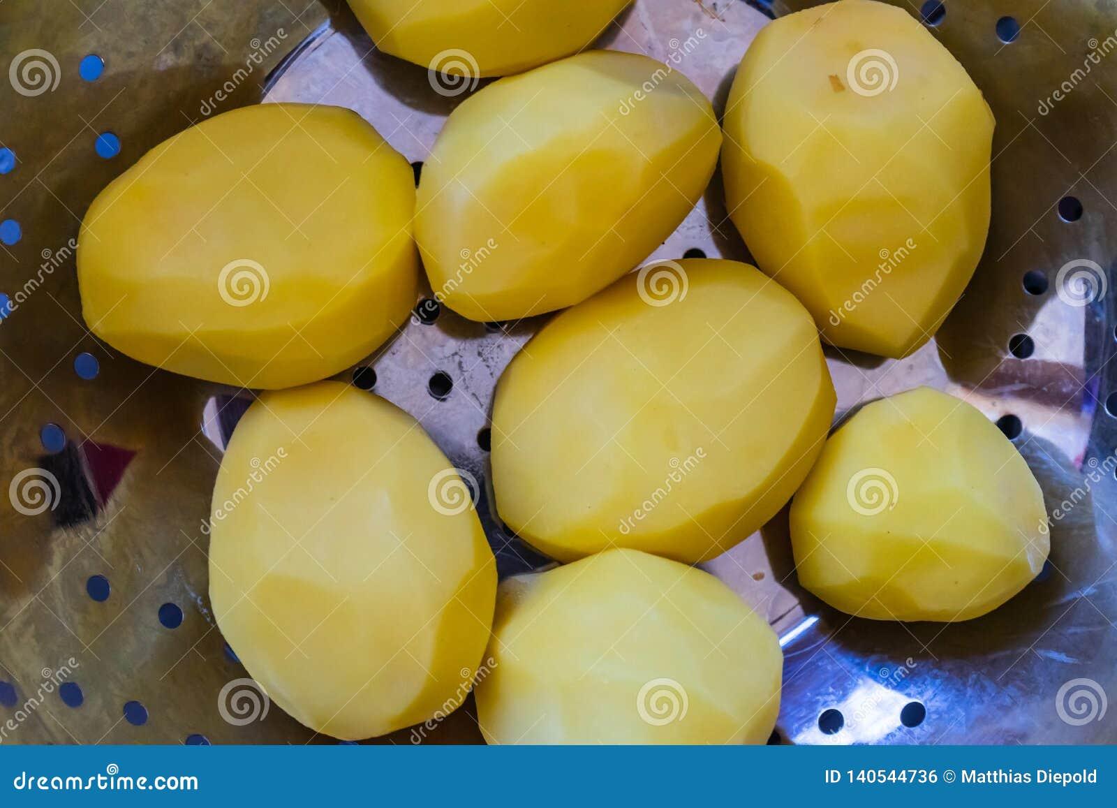 Las patatas pelaron en un tamiz