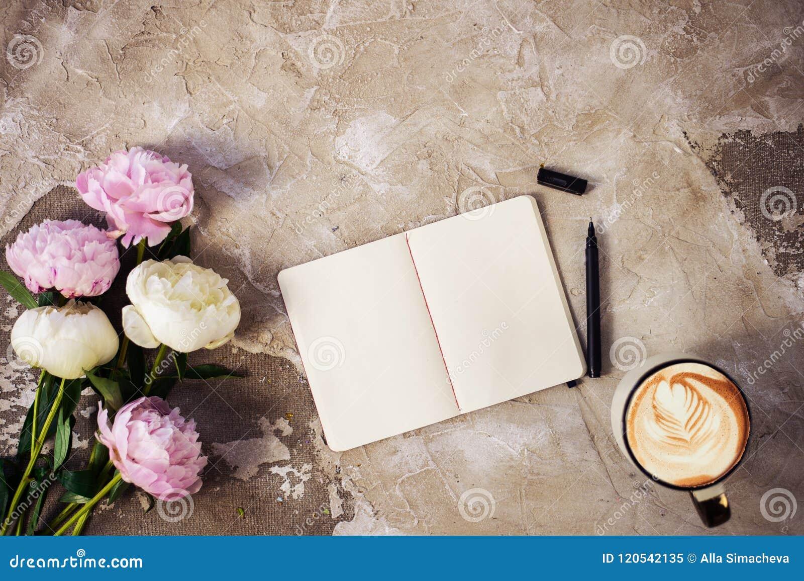 Las peonías rosadas frescas florecen en fondo de madera envejecido Endecha plana Visión superior con el espacio de la copia Foco