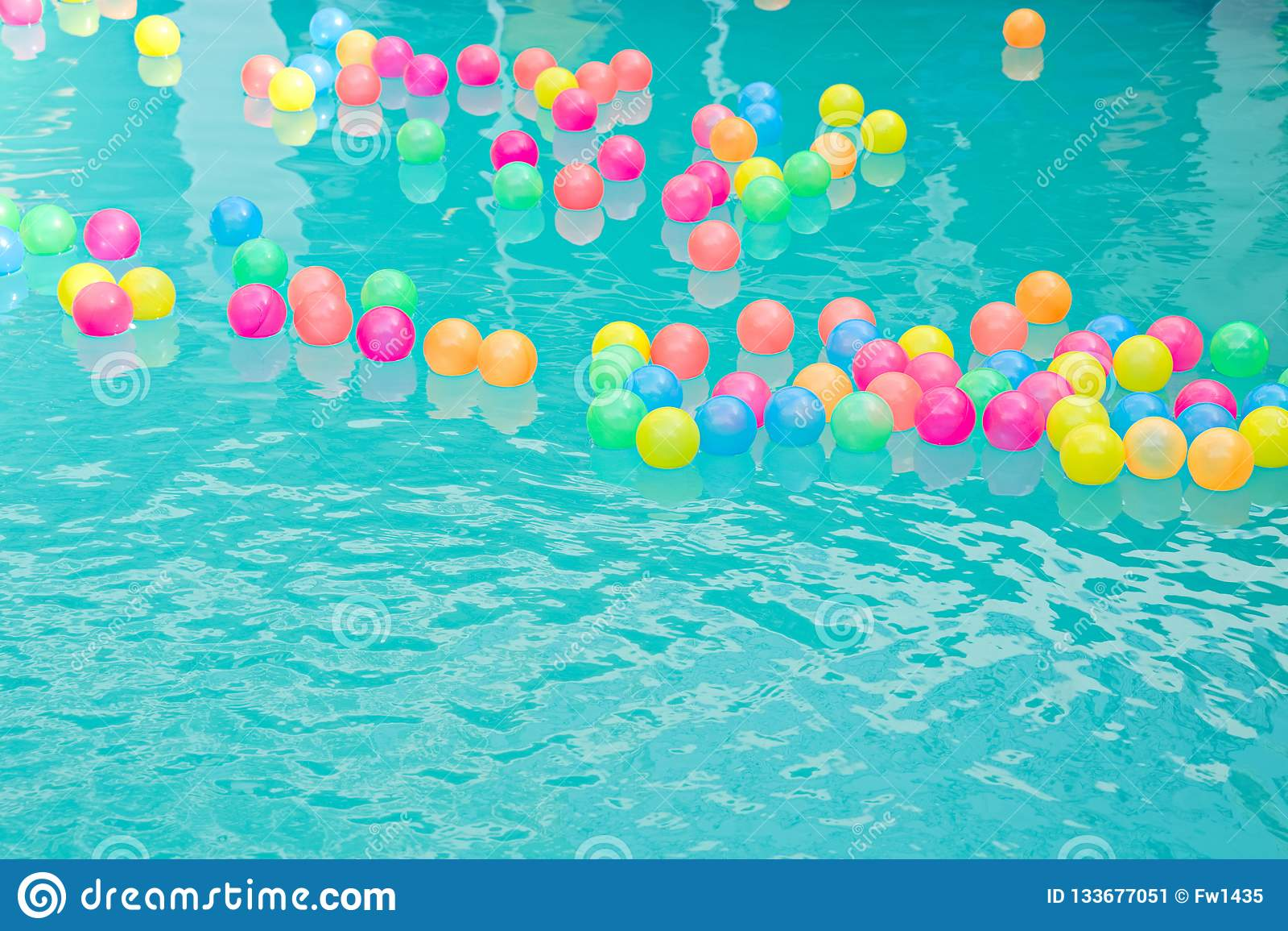 Las peque as pelotas de playa coloridas que flotan en for Party in piscina
