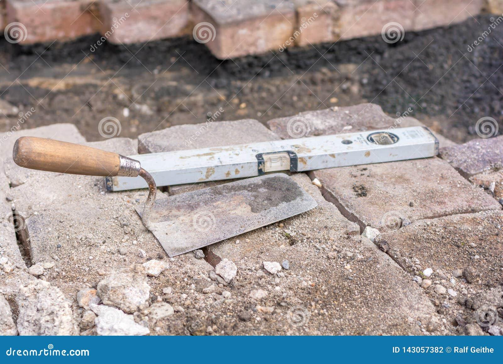 Las piedras de pavimentación se ponen después de trabajo de la boca