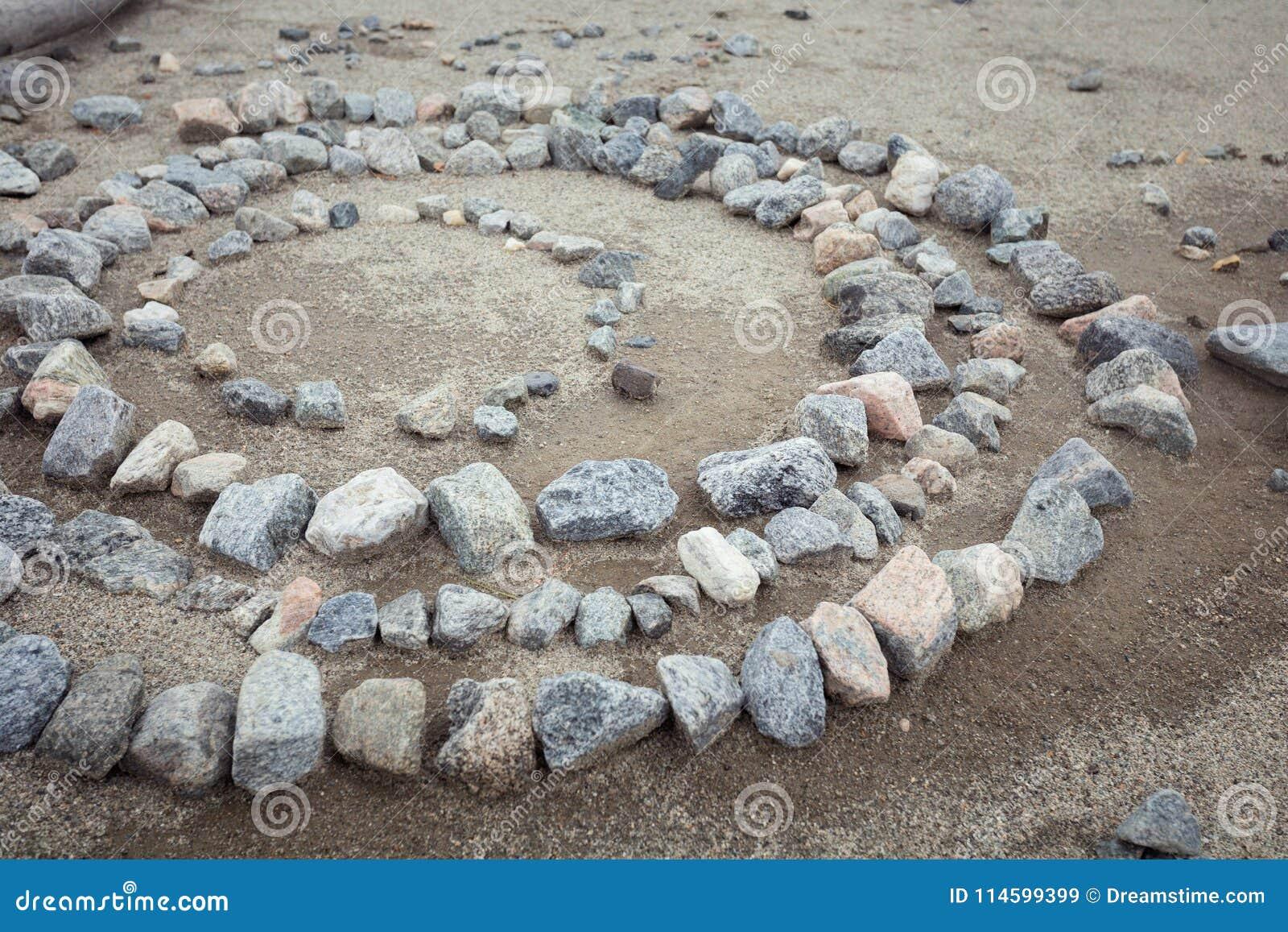 Las piedras grises están en un círculo